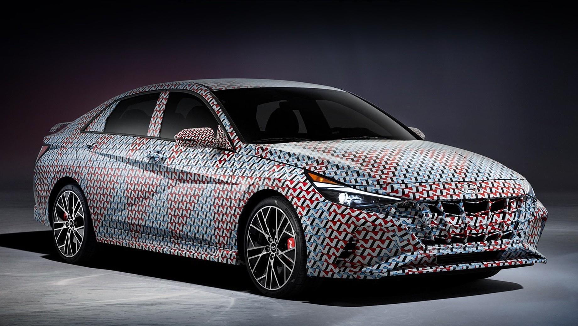 Hyundai elantra n line,Hyundai tucson n. Пока автомобиль представлен только в закамуфлированном облачении с характерным рисунком. Тем не менее при желании можно рассмотреть более агрессивный бампер и боковые юбки. Красные суппорты с маркировкой модификации нарочито выставлены напоказ.