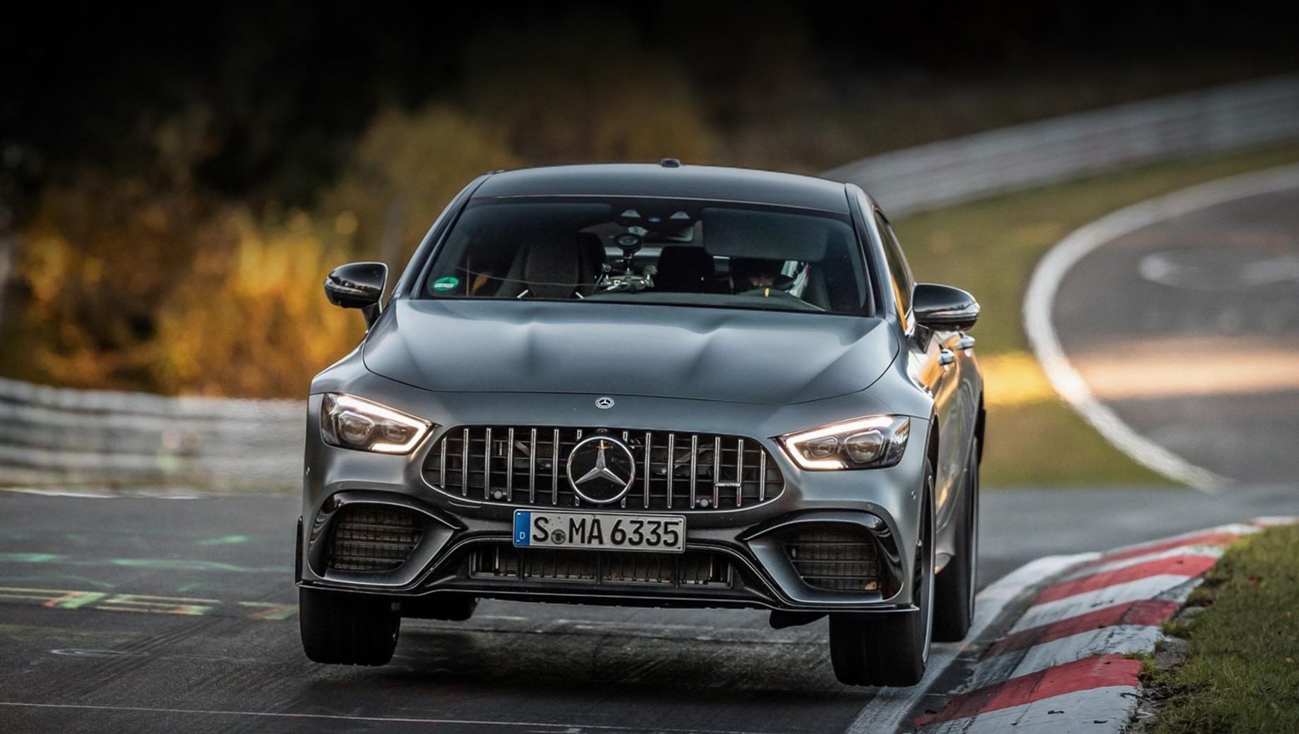 Mercedes -amg,Mercedes amg gt. В России, как и в Германии, можно собрать точно такой же Mercedes-AMG GT 63 S 4Matic+, какой участвовал в заезде на Нюрбургринге. Базовая версия стоит 13 200 000 рублей, но необходимые опции поднимают цену до 14 784 000.