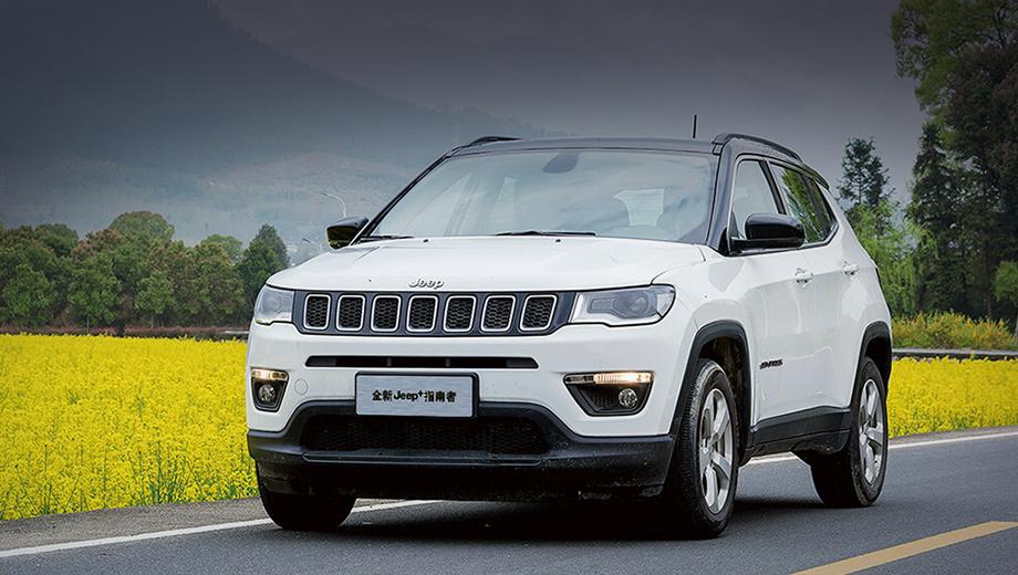 Jeep compass,Jeep trailhawk. Текущий китайский Compass (на фото) внешне не отличается от «российского», хотя размеры немного другие: 4415×1819×1635 мм, между осей 2636. Мотор один — бензиновая турбочетвёрка 1.3 (173 л.с., 270 Н•м) с «роботом» на семь ступеней и «автоматом» на девять. Привод — передний и полный.