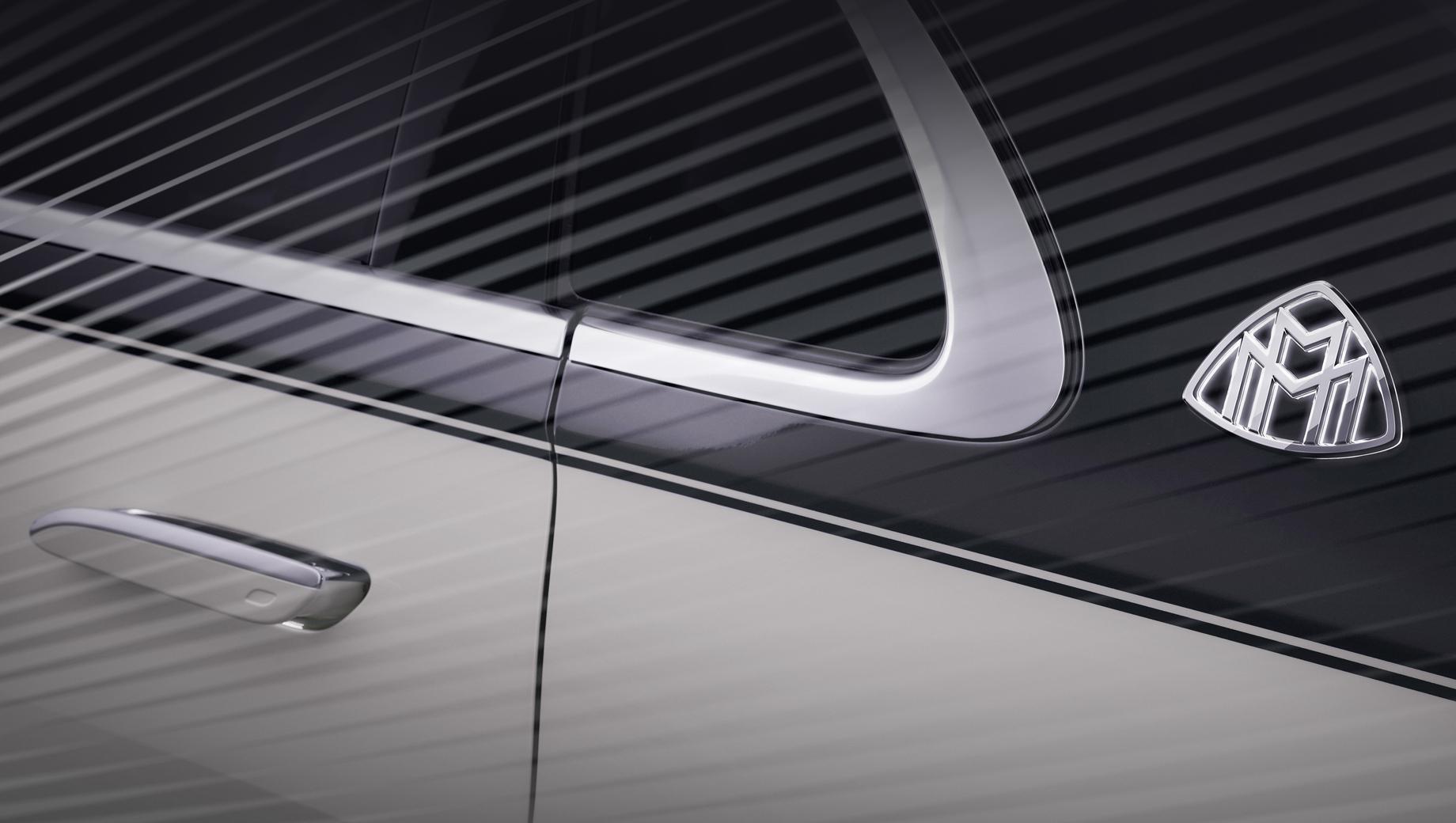 Mercedes s,Mercedes -maybach s. Как и подобает флагману, автомобиль покажет, что такое «изощрённая роскошь». Крупные панели из дерева (спинки передних кресел, пространство между задними пассажирами) обещаны внутри, а снаружи — узнаваемая двухцветная окраска (но это опция).