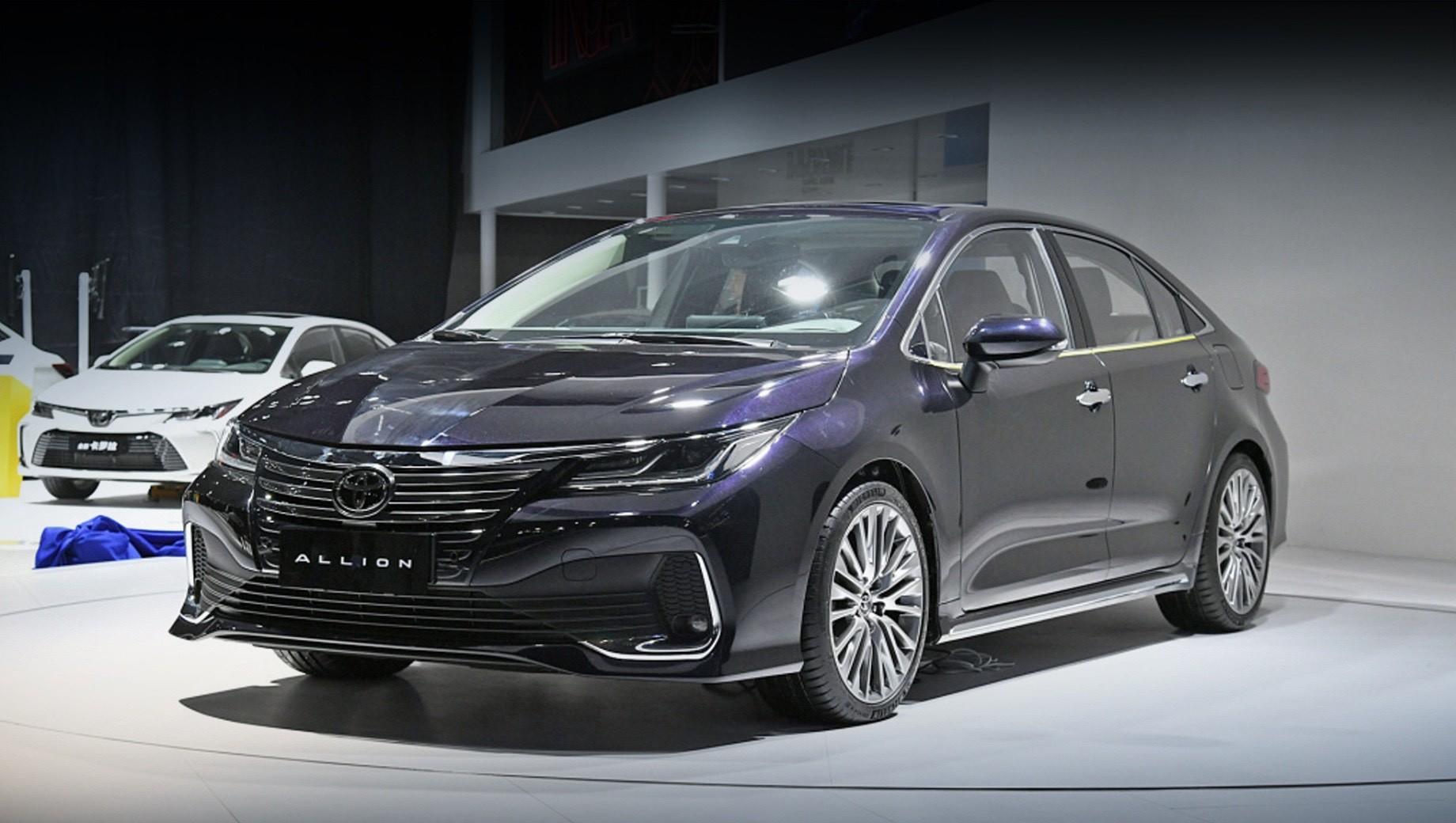 Toyota allion,Toyota corolla. Производством китайского седана Toyota Allion займётся совместное предприятие FAW Toyota, а первые машины доберутся до шоу-румов к концу 2020 года. Модель займёт место между обычной Короллой и Camry, за которые в Поднебесной просят 119 800 и 179 800 юаней соответственно (1,4 и 2,1 млн рублей).