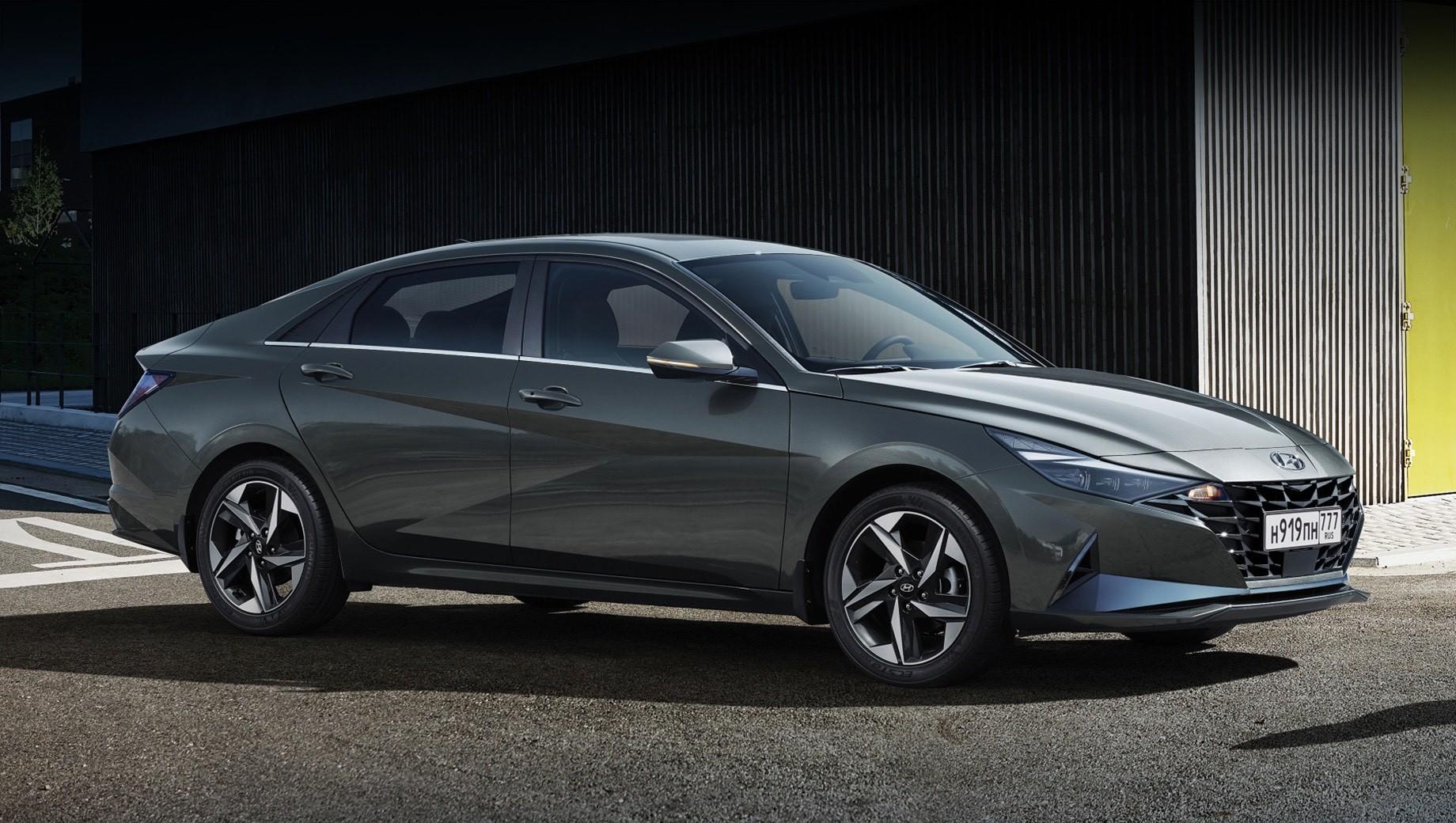 Hyundai elantra. Россиянам Элантру предложат в четырёх комплектациях — Base, Active, Elegance и Anniversary. Последняя сделана в честь 30-летия модели. Первые машины доберутся к дилерам до конца 2020 года, а цены объявят ближе к старту продаж. Сейчас исполнение 1.6 AT стоит от 1 235 000 рублей.