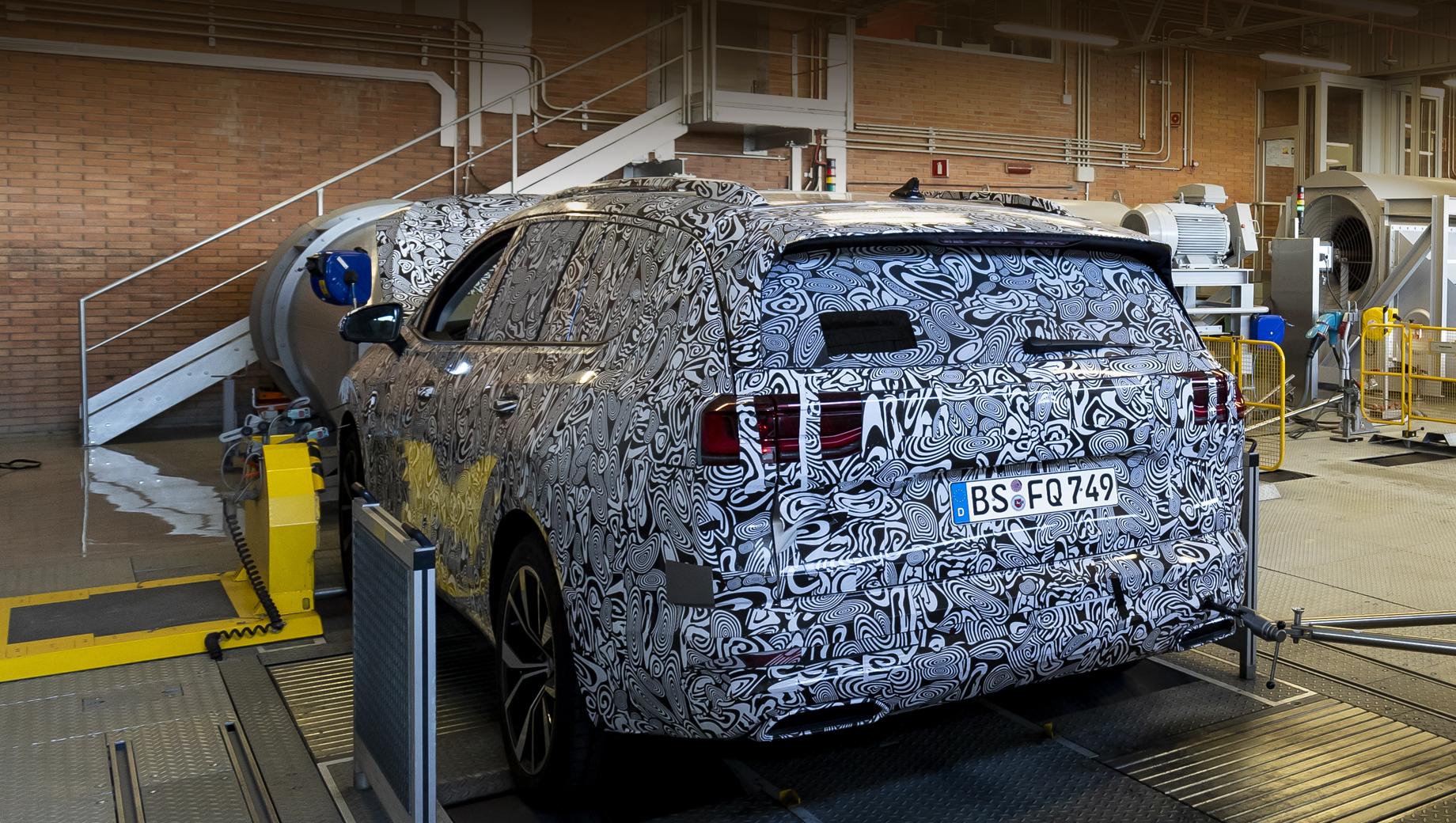 Volkswagen smv,Volkswagen talagon. Остекление, задняя стойка, фонари, рельеф боковин и зеркала подозрительно напоминают концепт SMV.