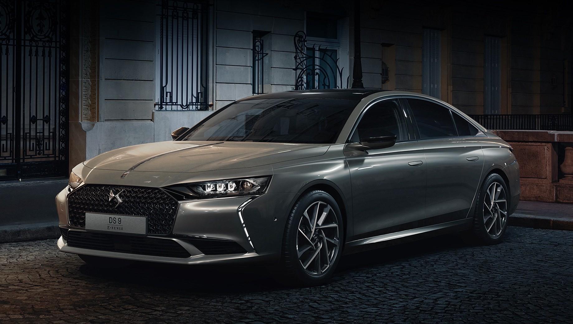 Ds 9,Ds 9 e-tense. Покупателям во Франции DS 9 доступен в двух исполнениях — Performance Line+ и Rivoli +. Отличия кроются во внешнем декоре, легкосплавных колёсах, отделке интерьера и оснащении, которое богаче в Rivoli+. В палитре кузова всего пять цветов, 19-дюймовые колёса — базовое оснащение.