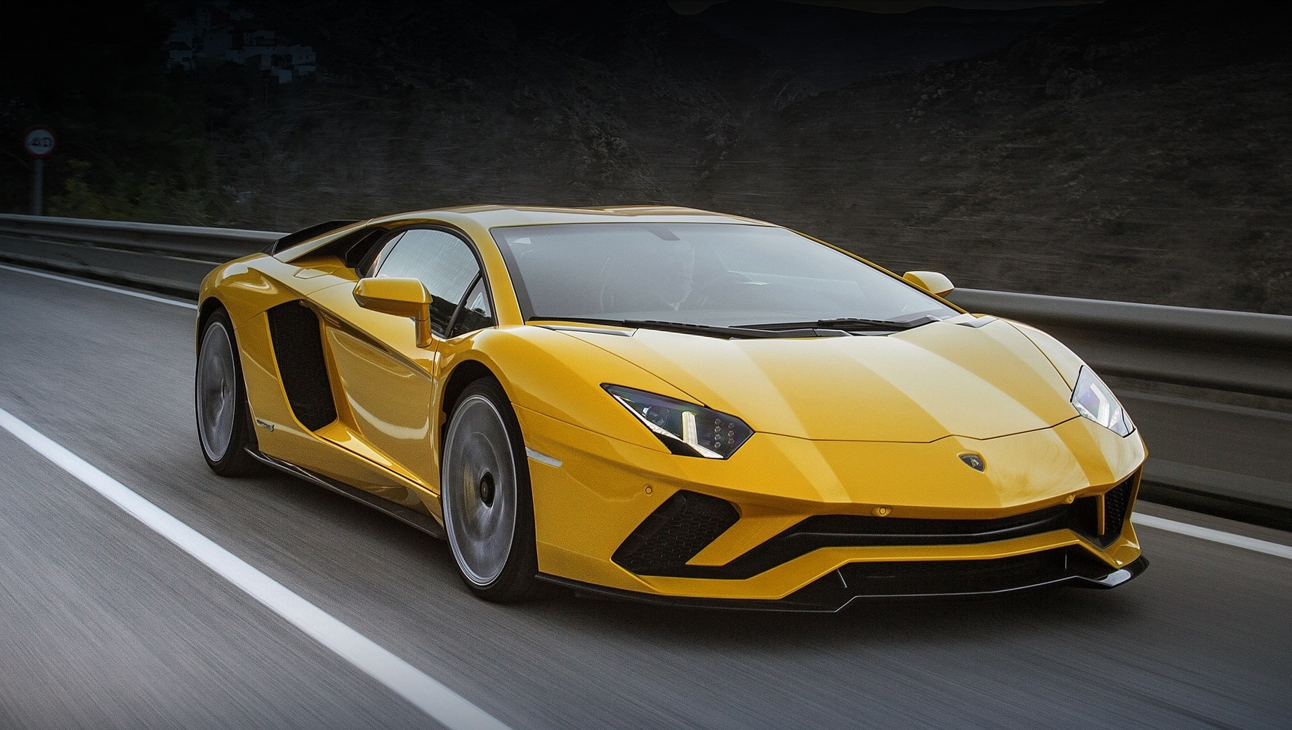 Lamborghini aventador. Как и нынешняя двухдверка Lamborghini Aventador S, её преемник получит атмосферный двигатель V12 и полноприводную трансмиссию. Новым звеном в силовом агрегате значатся электромоторы.