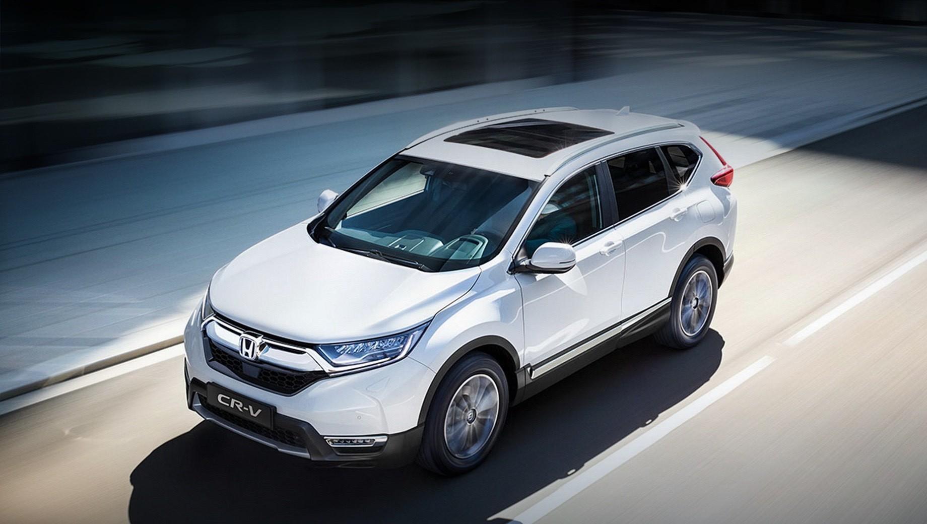 Honda cr-v,Honda e. В Англии гибридная Honda CR-V 2021 модельного года после обновления даже подешевеет — с 30 500 фунтов стерлингов до 30 180 (с 3,09 до 3,06 млн рублей). А для бензиновой версии с турбомотором 1.5 — 2020 модельный год окажется последним, и сейчас её можно купить за 27 270 фунтов (2,8 млн).