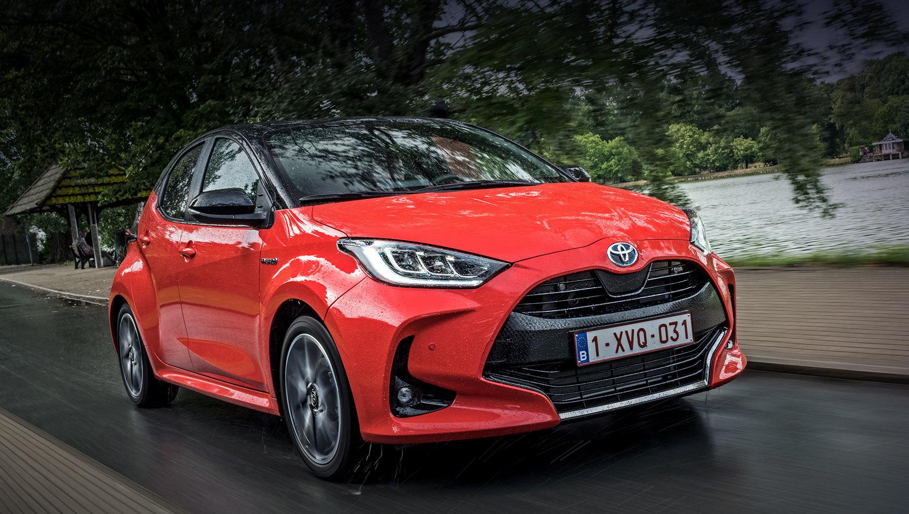 Toyota yaris,Mazda 2. Европейский Yaris Hybrid совмещает атмосферную «тройку» 1.5 (92 л.с., 120 Н•м) с электромотором на 59 кВт (80 л.с., 141 Н•м) и вариатором E-CVT, отчего выдаёт 116 л.с., разменивает сотню за 9,7 с, достигает 175 км/ч, расходует 2,8–3,2 л/100 км. Цены в Германии — от 25 139 евро (2,29 млн рублей).