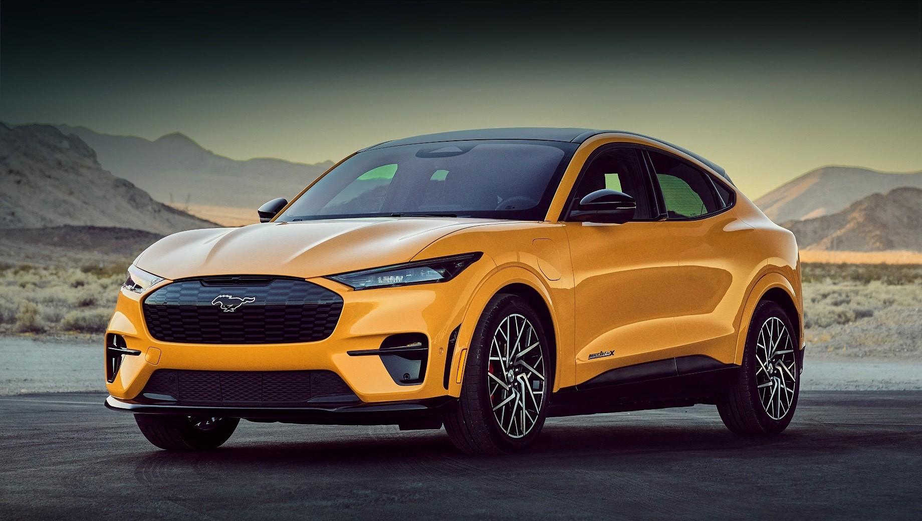 Ford mach-e,Ford mustang mach-e,Ford mustang mach-e gt,Ford mustang mach-e gt performance package. Модель Ford Mustang Mach-E GT за $60 500 (4,58 млн рублей) расположилась на вершине линейки. Кроме неё заказать сейчас можно исполнения Select, California Route 1 и Premium по цене от $42 895 до $49 800 (3,25–3,77 млн рублей). Производство начнётся в ближайшие дни.