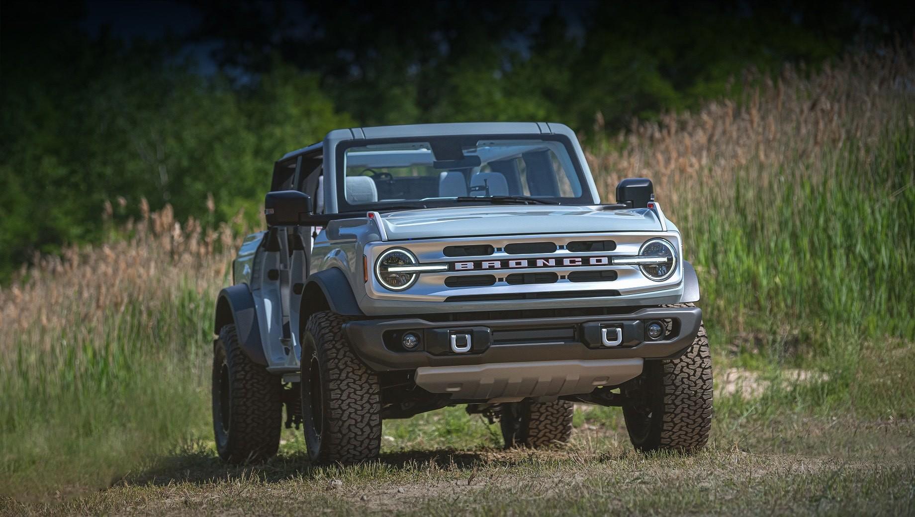 Ford bronco. Впервые в своей истории Bronco получил на выбор как кузов с двумя боковыми дверцами (такой у него был всегда), так и с четырьмя. Модель располагает быстросъёмными секциями крыши и дверями.