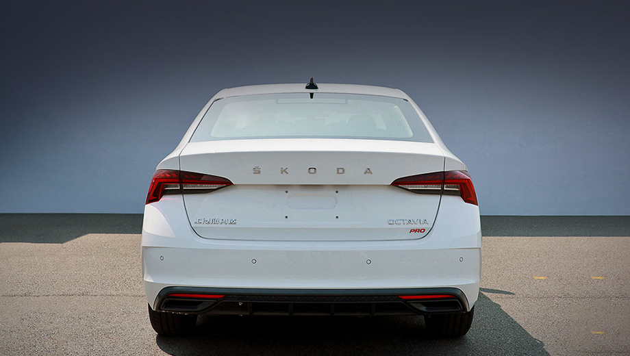 Skoda octavia,Skoda octavia pro. Шильдик Pro не служит заменой RS, хотя раздвоенный выпуск наводит на эту мысль. Скорее всего, значок просто отделяет новую машину от старой, остающейся на витрине.