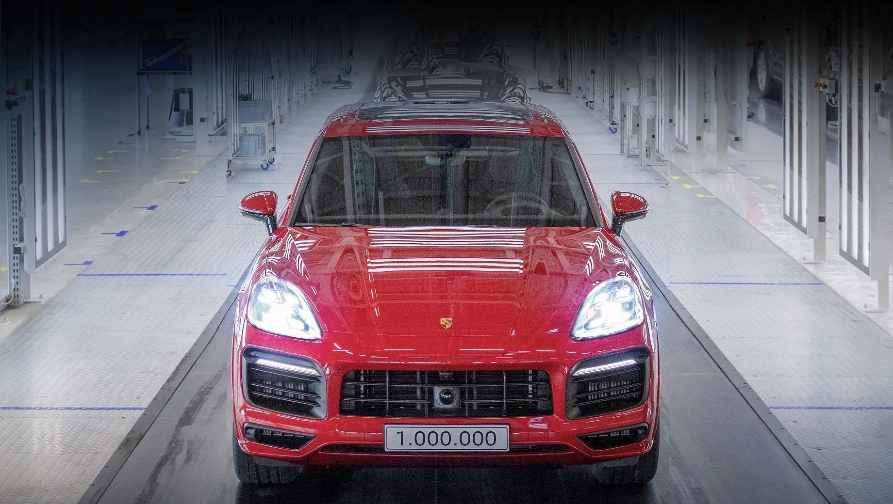 Porsche cayenne. Сегодня покупателям Porsche Cayenne предлагается в двенадцати версиях, включая Coupe с оригинальным кузовом, а доля Кайена в мировых продажах бренда достигает трети (39 245 штук за первую половину 2020-го).