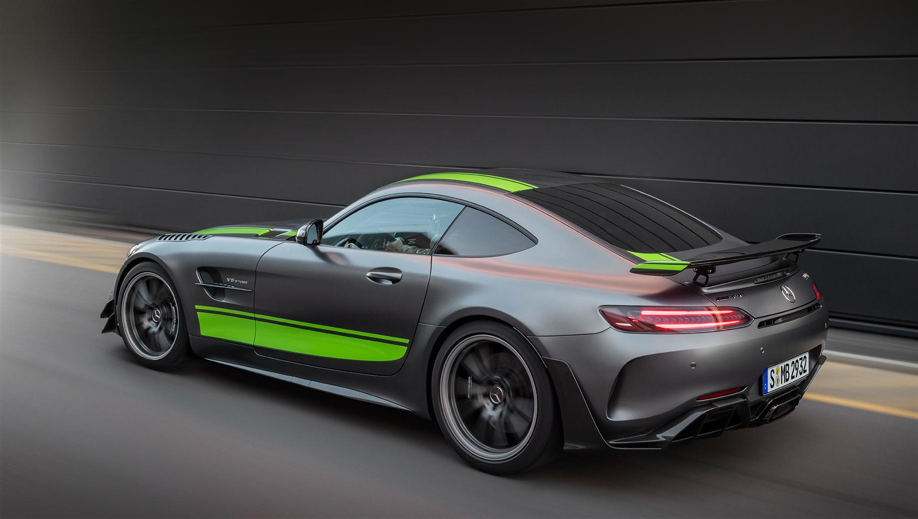 Mercedes amg gt,Mercedes amg gt r,Mercedes amg gt r roadster,Mercedes amg gt r pro. Самой способной «эркой» считается ориентированная на трек версия GT R Pro (на фото), увидевшая свет в конце 2018 года. Первенец, GT R Coupe, появился летом 2016-го, а GT R Roadster подтянулся весной 2019-го. Все GT-машины производит немецкий завод в Зиндельфингене.