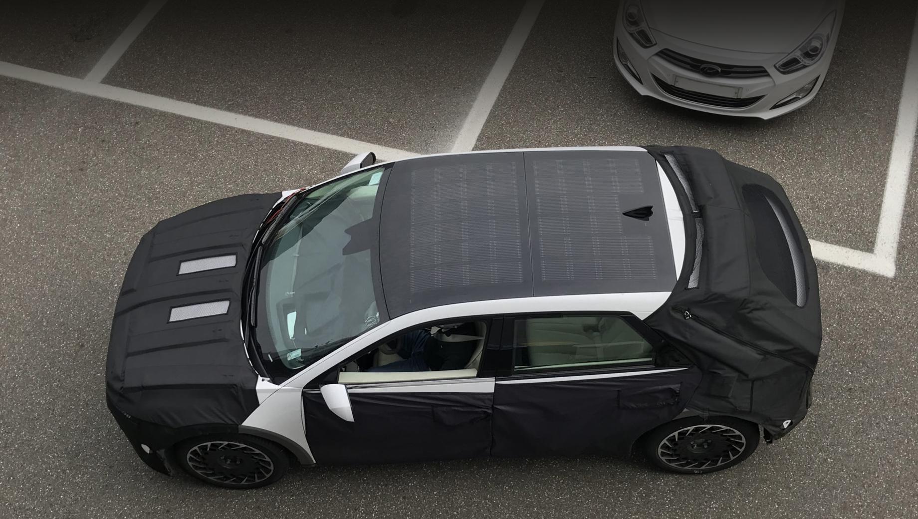 Hyundai ioniq 5. Модификация First Edition будет оснащена «солнечной крышей», фотоэлектрическими панелями, как на гибридной Сонате. В случае солнечной погоды такая панель может дать примерно три «бесплатных» километра пробега в день.