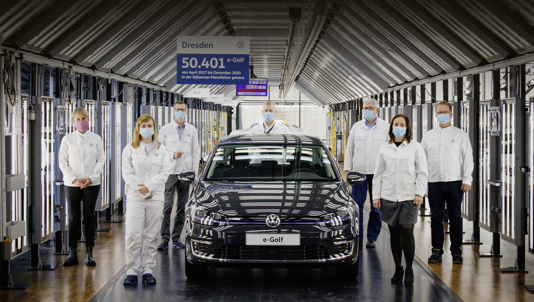 Volkswagen e-golf,Volkswagen id 3,Volkswagen golf. Число 50 401 — это количество экземпляров «и-гольфа», собранных именно в Дрездене (где машина стояла на конвейере с марта 2017-го). Сообща с Вольфсбургом (там эта модель жила с марта 2014-го по лето 2020 года) выпущен 145 561 e-Golf.