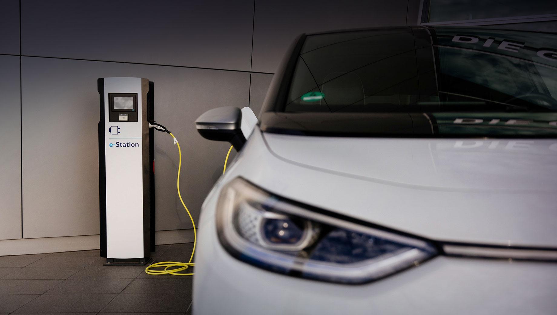 Volkswagen id 3. Толчком к развитию зарядной инфраструктуры Фольксвагена в этом году послужило «электрическое наступление» моделей ID.3 (на снимке) и ID.4. Самый большой «зарядный парк» расположен в Вольфсбурге (500 точек). «Энергия поступает только из возобновляемых источников», — уверяет VW.