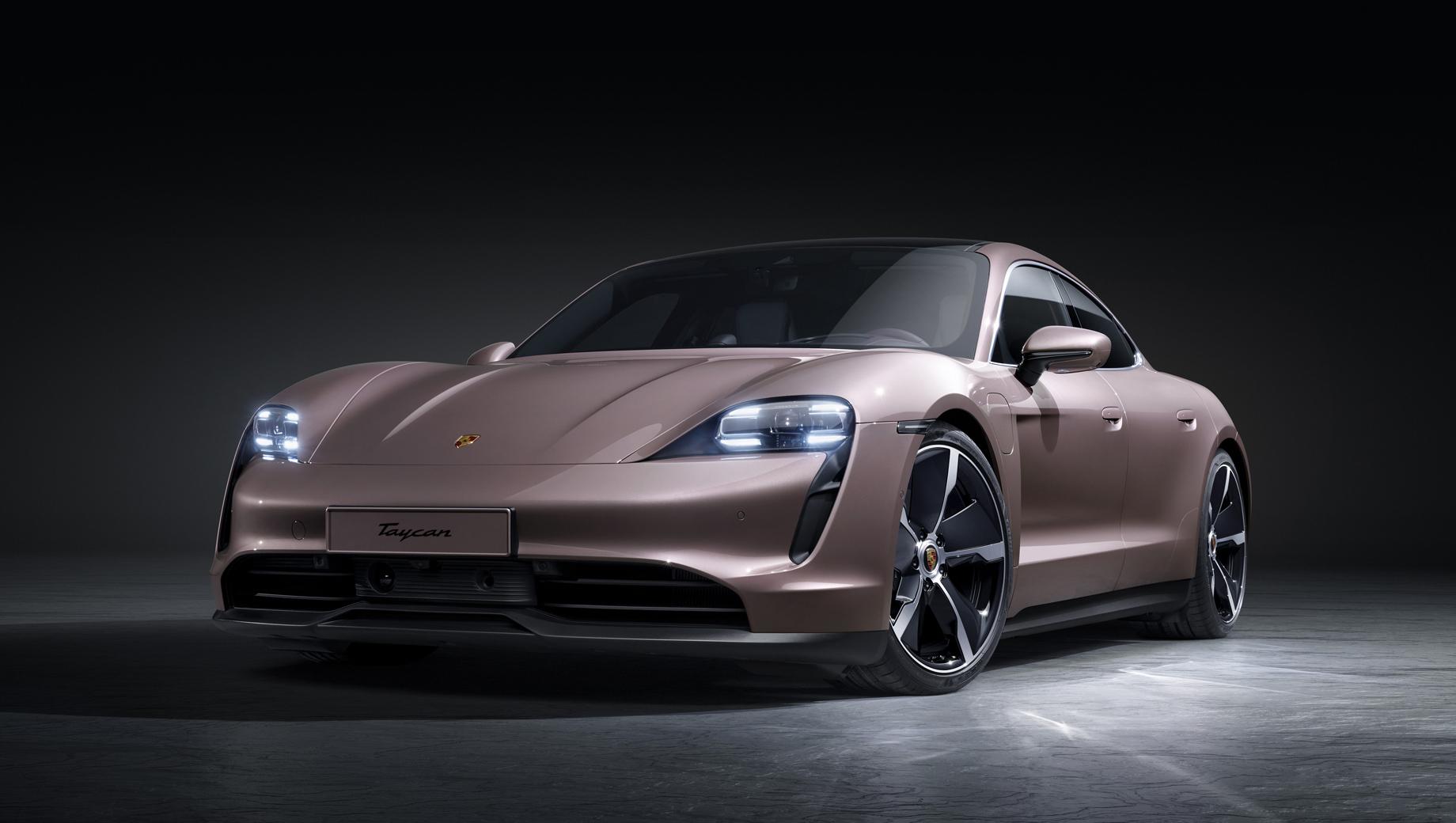 Porsche taycan. Базовой машине полагаются аэродинамически оптимизированные 19-дюймовые колёсные диски Taycan Aero, чёрные анодированные тормозные суппорты, такого же цвета передний фартук, пороги и диффузор, светодиодные фары.