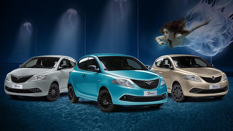 Lancia ypsilon. Итальянская Lancia с 2015 года имеет в арсенале только хэтчбек Ypsilon, уже 10 лет пребывающий в третьем поколении. Весной 2020-го пятидверка сделалась умеренным гибридом EcoChic с начинкой от Фиата 500. Цены лежат в диапазоне 14 750–16 700 евро (1,3–1,4 млн рублей).