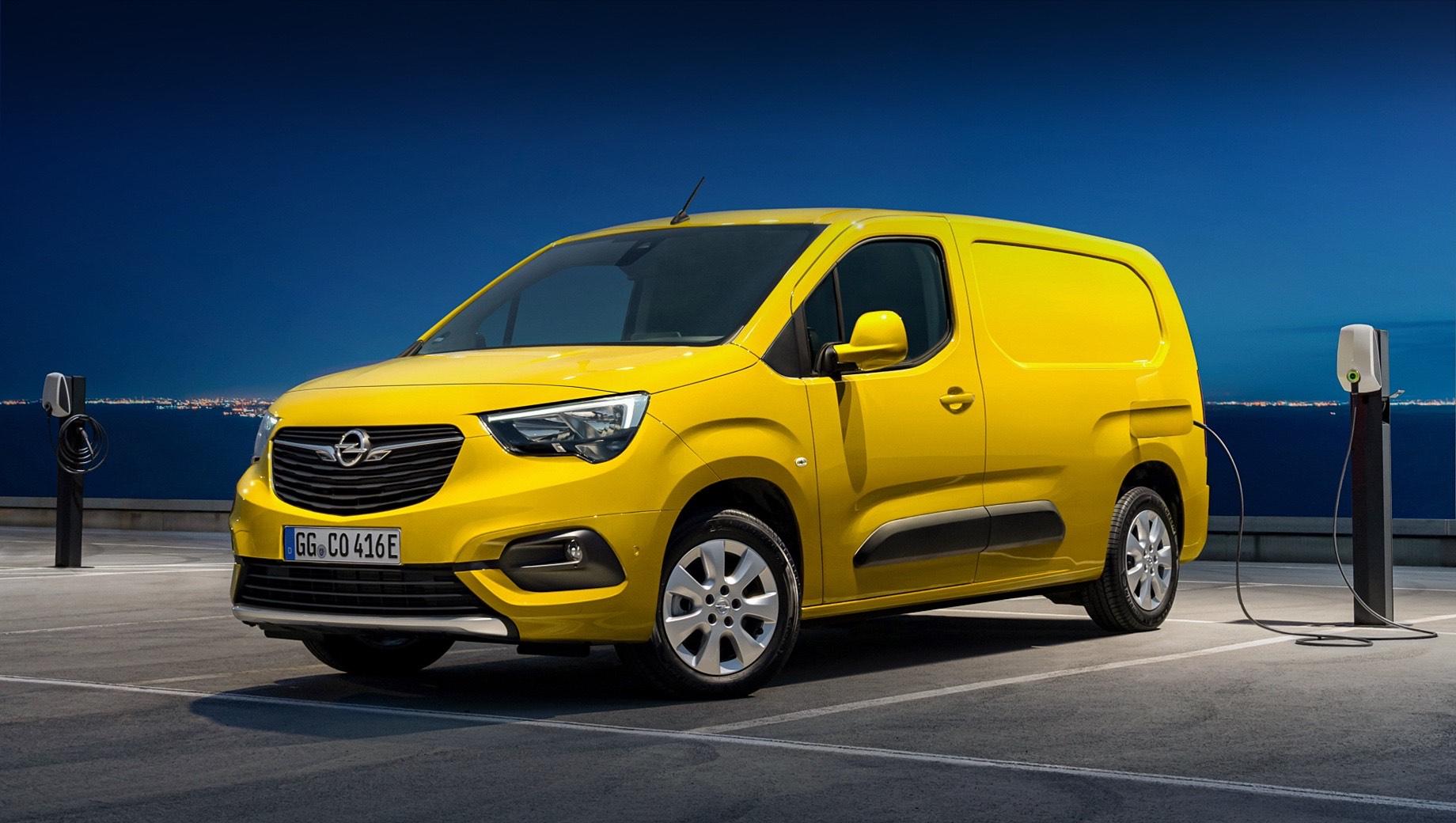 Opel combo,Opel combo-e,Vauxhall combo-e. Базовый Combo-e в длину насчитывает 4,4 м (колёсная база — 2785 мм), а объём его кузова варьируется от 3,3 до 3,8 м3. В исполнении XL расстояние от носа до хвоста увеличивается до 4,75 м (2975 мм), а объём грузового отсека — до 4,4 м3. Грузоподъёмность в обоих случаях — 800 кг.