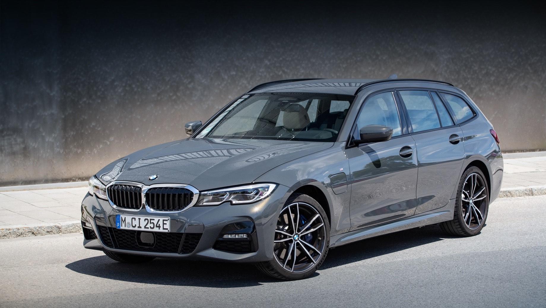 Bmw 3,Bmw 5,Bmw 3 hybrid,Bmw 5 hybrid. В Германии за BMW 320e просят 47 450 евро (4,3 млн рублей), за универсал с задним приводом — 49 000 (4,5 млн), а за 320e Touring xDrive — 51 500 евро (4,7 млн). При этом правительство компенсирует покупателям до 6750 евро (618 тысяч). В России продажи BMW 320e и 520e не планируются.