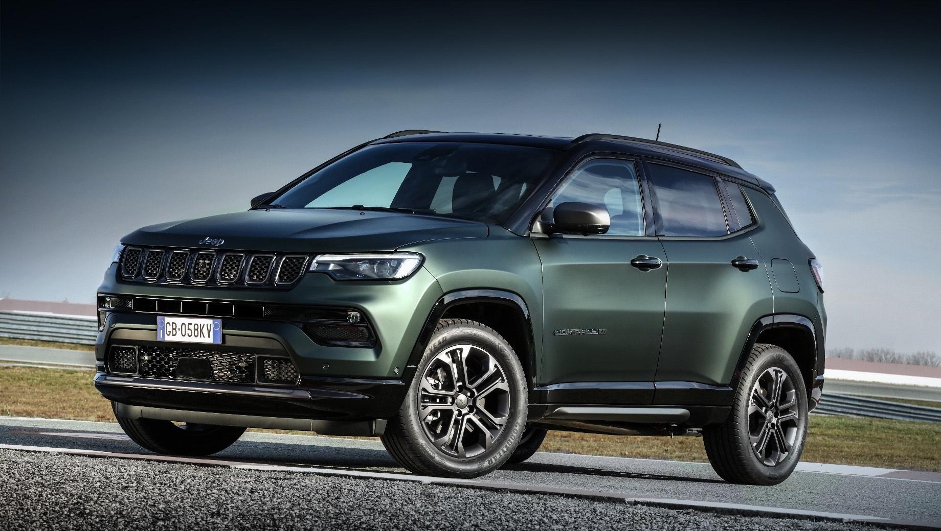 Jeep 80th anniversary,Jeep wrangler,Jeep compass,Jeep gladiator,Jeep renegade,Jeep wrangler 4xe. Предположительно, Compass 2021 модельного года сохранит прежние агрегаты, появившиеся летом 2020 года. Это бензиновый турбомотор 1.3 T-GDI (130 или 150 л.с., 270 Н•м) и гибридная установка (190 или 240 сил).