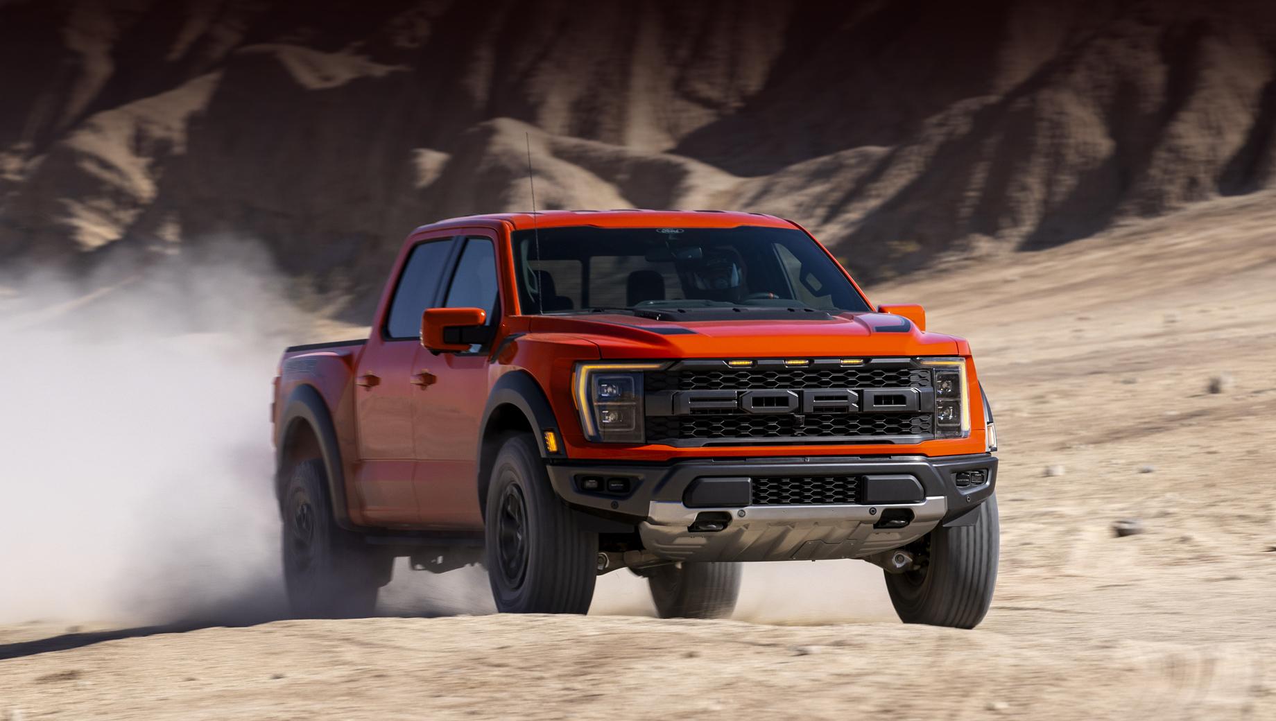 Ford f-150,Ford f-150 raptor. Длина пикапа равна 5908 мм, ширина — 2200, высота — 2027/2050, колёсная база — 3693, клиренс — 305/333 мм (для шин на 35/37 дюймов). Углы въезда и съезда — 31/33,1 и 23,9/24,9 градуса.