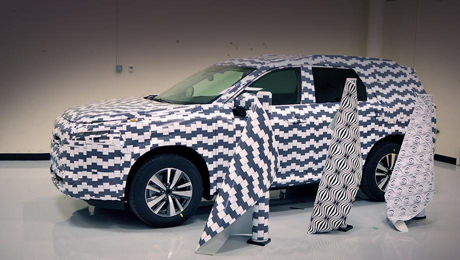 Nissan pathfinder. «Важнейшим компонентом» процесса маскировки считается обёртывание кузова в чёрно-белую клейкую плёнку с узорчатым рисунком, на котором «сложно сфокусировать объектив камеры». Причём различные шаблоны, искажающие пропорции, выбираются «случайным образом» (на всех фото «пятый» Pathfinder).