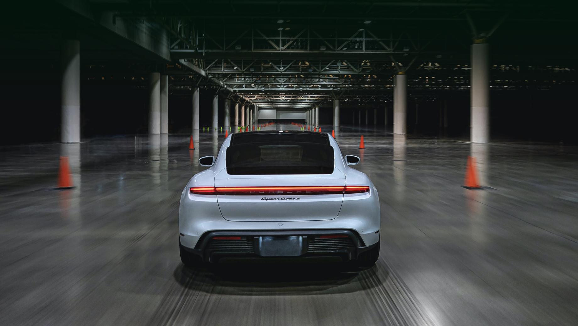 Porsche taycan,Porsche taycan cross turismo. Пиковая отдача электромоторов Тайкана Turbo S составляет 761 л.с., 1050 Н•м, а ускорение с нуля до ста занимает 2,8 с.