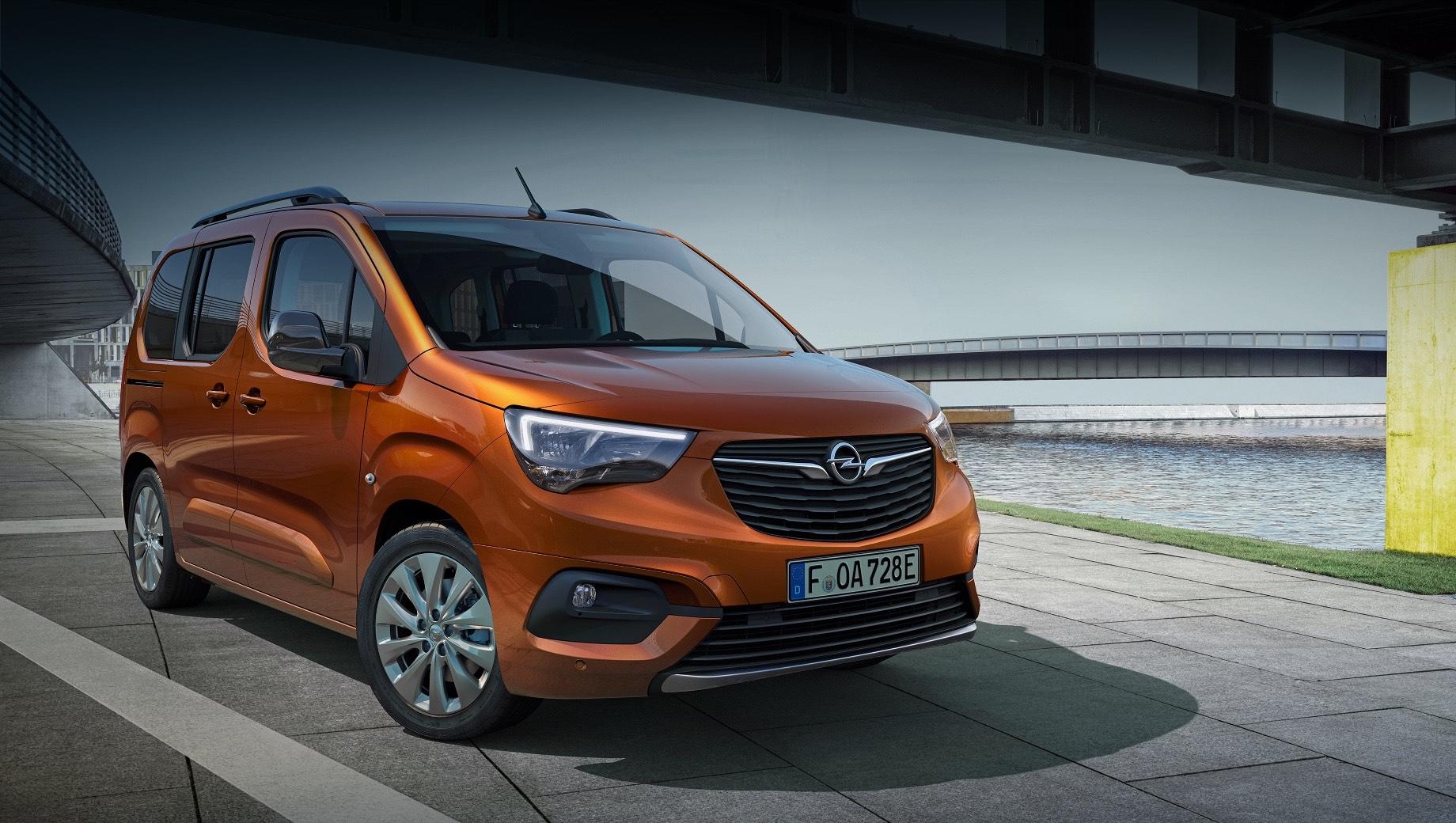 Opel combo-e,Opel combo-e life. Combo-e комплектуется однофазным бортовым зарядным устройством на 7,4 кВт, а опционально — трёхфазным чарджером на 11 кВт. Электрокар можно наполнять энергией от бытовой сети (от 5,5 до 15 часов до 100%), но 100-киловаттный источник постоянного тока зарядит аккумулятор до 80% за полчаса.