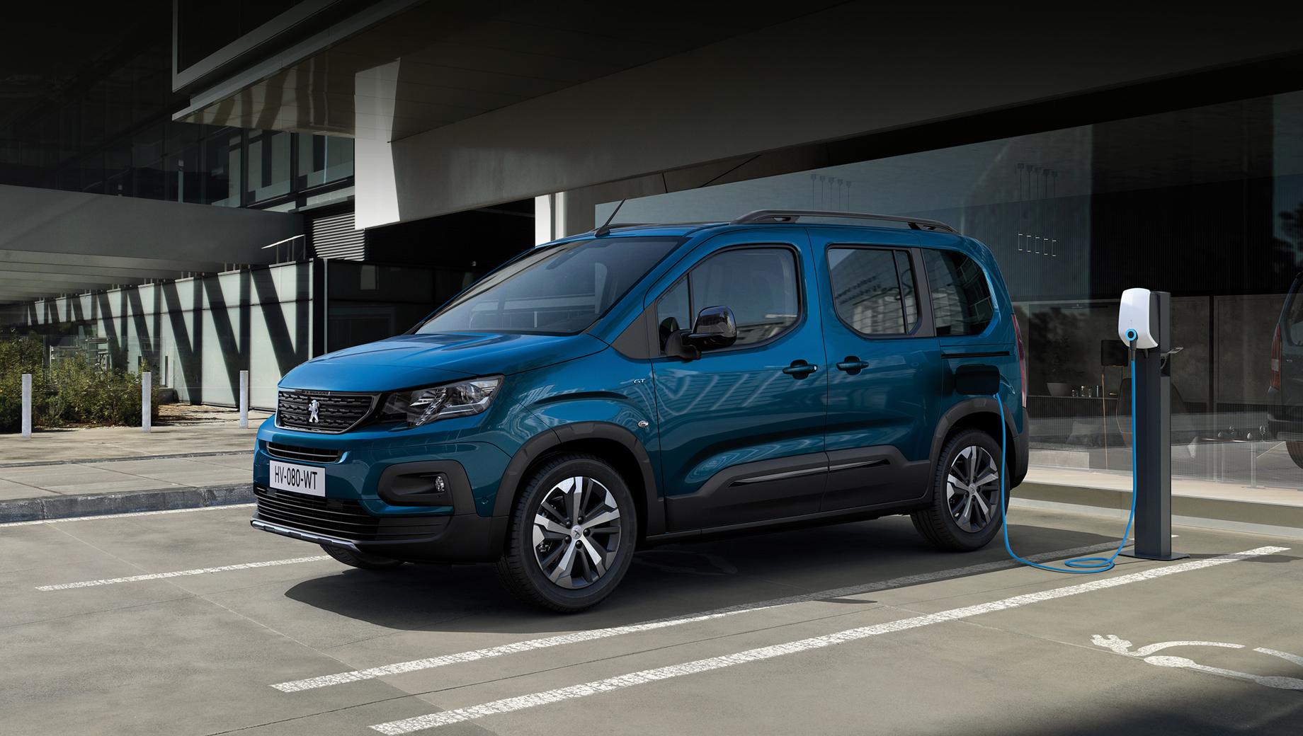 Peugeot rifter,Peugeot e-rifter. Аккумулятор можно наполнять от обычной сети переменного тока (при восьми или 16 амперах), от настенного бокса с однофазной розеткой (до 7,4 кВт) или трёхфазной (опция, 11 кВт). Есть также возможность зарядки постоянным током при мощности до 100 кВт. В последнем случае за 30 минут можно получить 80% заряда.