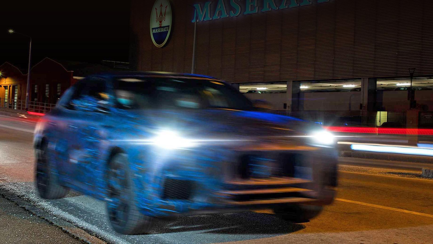 Maserati grecale. Многоугольная крупная решётка радиатора, сетки по краям бампера и высоко поставленные фары связывают облик Grecale с более крупным Levante.