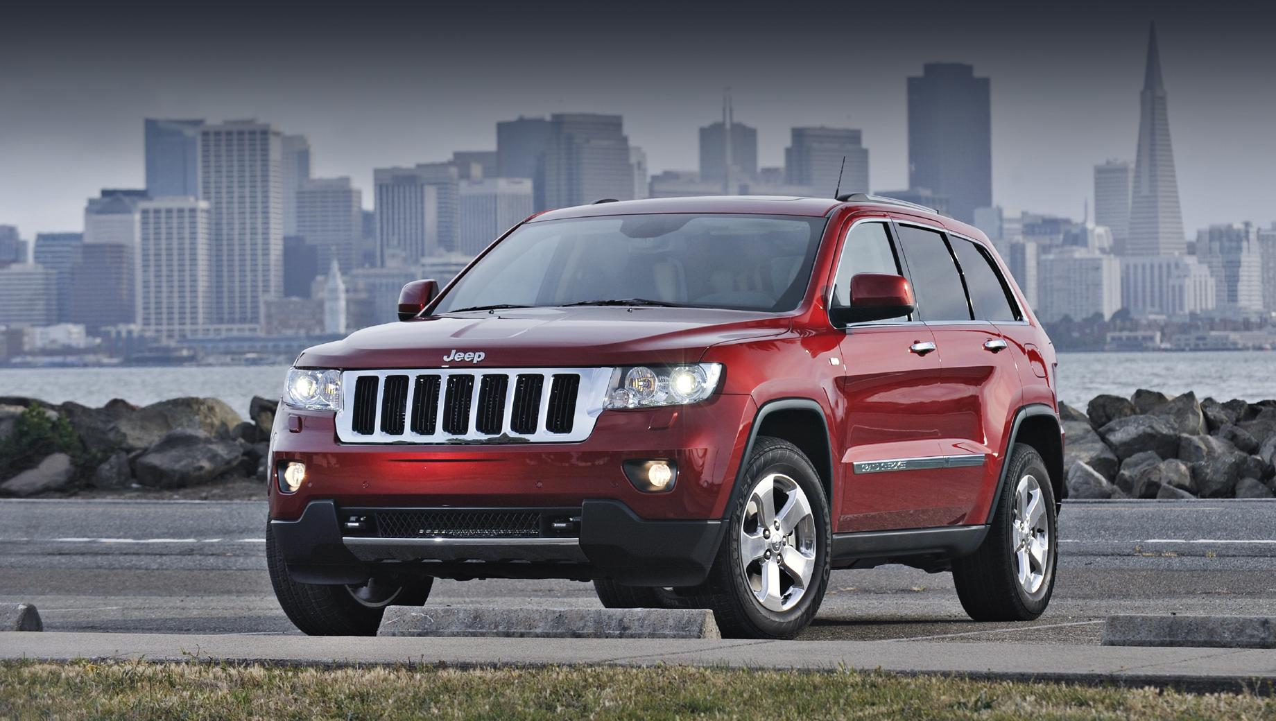 Jeep grand cherokee. В отзыве речь идёт о «четвёртом» Grand Cherokee, представленном в далёком 2009 году и с тех пор успевшем обновиться, даже не один раз. А в январе 2021 года уже вышел «пятый».