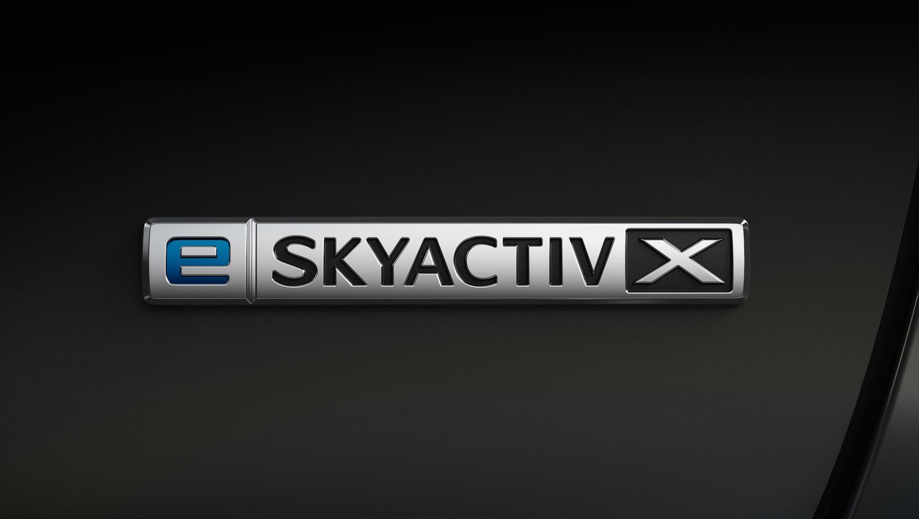 Mazda 3,Mazda cx-30. После модернизации компрессорный двигатель e-Skyactiv X стал тяговитее на низких и средних оборотах, а новый распредвал позволил пересмотреть фазы газораспределения, что снизило насосные потери и увеличило удельную теплоёмкость агрегата. Всё ради большей экономичности.
