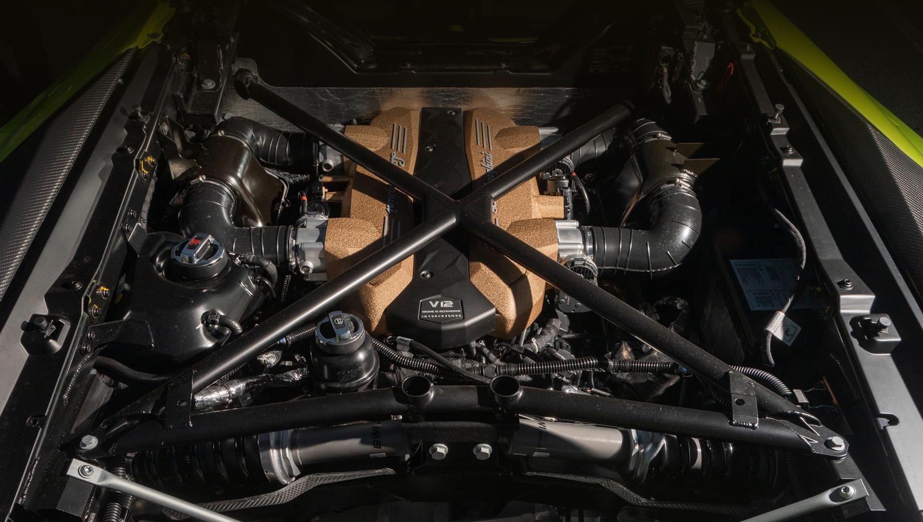 Фирма Lamborghini выпустит в этом году две модели с мотором V12