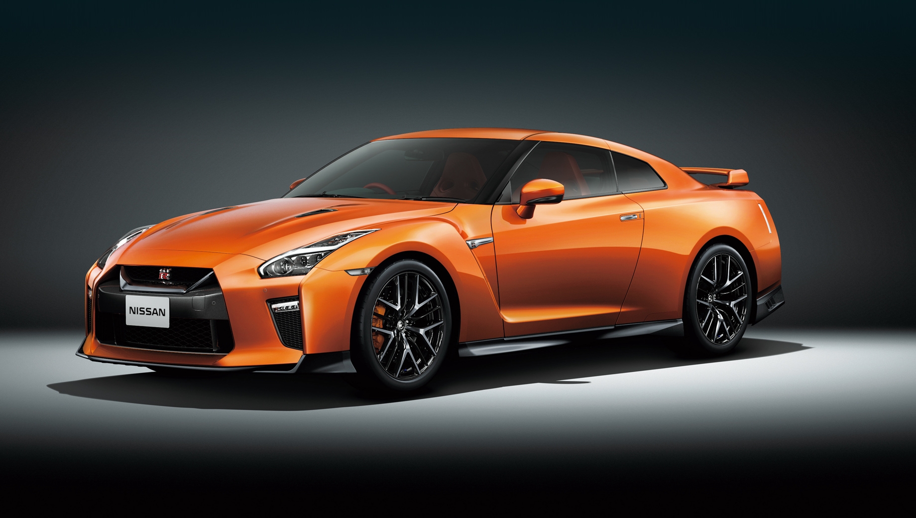 Nissan gt-r. Сейчас GT-R в Японии стоит от 10 828 400 до 24 200 000 иен (7,55–16,87 млн рублей). Твинтурбомотор V6 3.8 VR38DETT в базовой версии развивает 570 л.с. (637 Н•м), а в варианте Nismo — 600 л.с. (652 Н•м).
