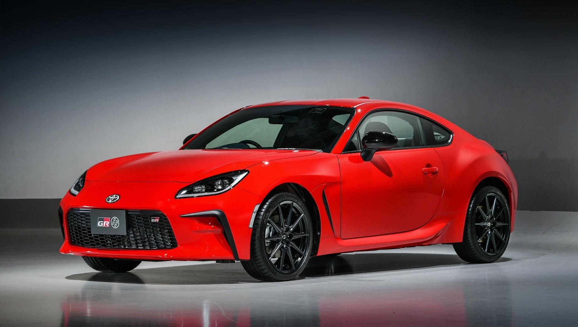 Toyota gr86. Как и раньше, спорткупе Тойоты изначально оснащается вентилируемыми тормозами на обеих осях, но базовая размерность шин изменилась — с 215/45 R17 на 215/40 R18.