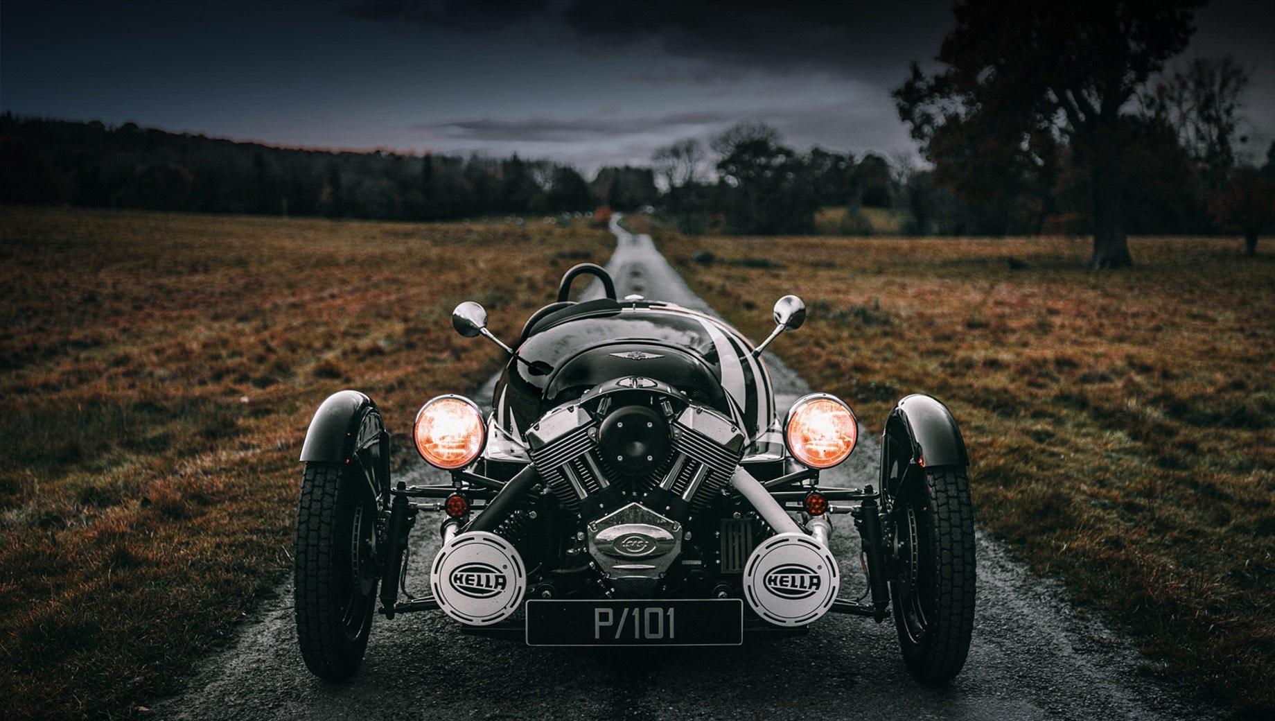 Morgan 3 wheeler. Лицом родстера был мотоциклетный мотор V2 2.0 (83 л.с., 140 Н•м и 69 л.с., 129 Н•м), раскручивающий заднее колесо. Однако двигатель от американской компании S&S Cycle заточен под эконормы Евро-4, поэтому использовать его на новом трицикле никак нельзя.
