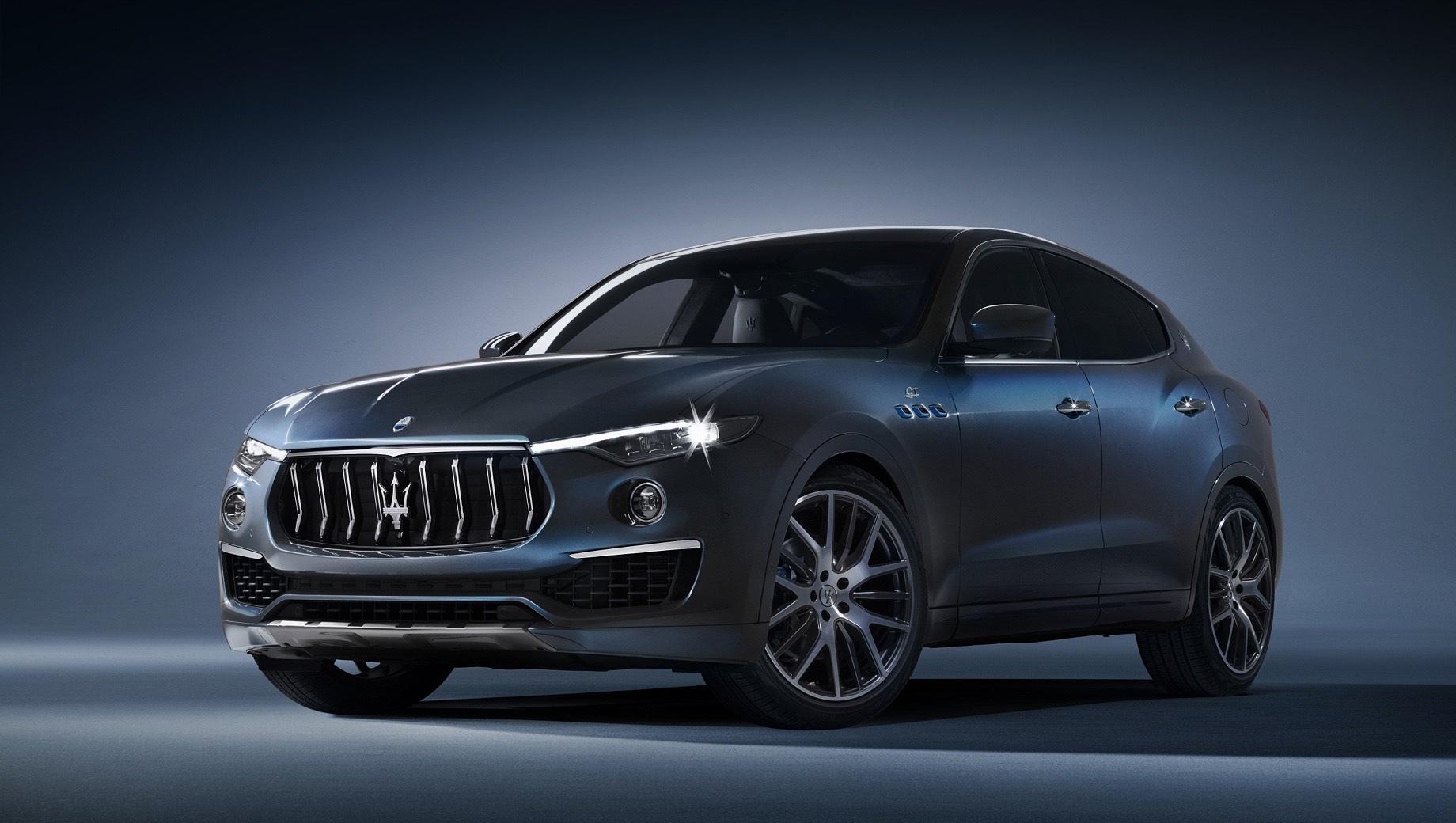 Maserati levante,Maserati levante hybrid. Визуально новинка может выделиться только новым цветом кузова Azzurro Astro, а также синими акцентами отдельных деталей, логотипа и суппортов. Колёса диаметром 21 дюйм и обновлённые фары соответствуют остальным версиям кроссовера 2021 модельного года.