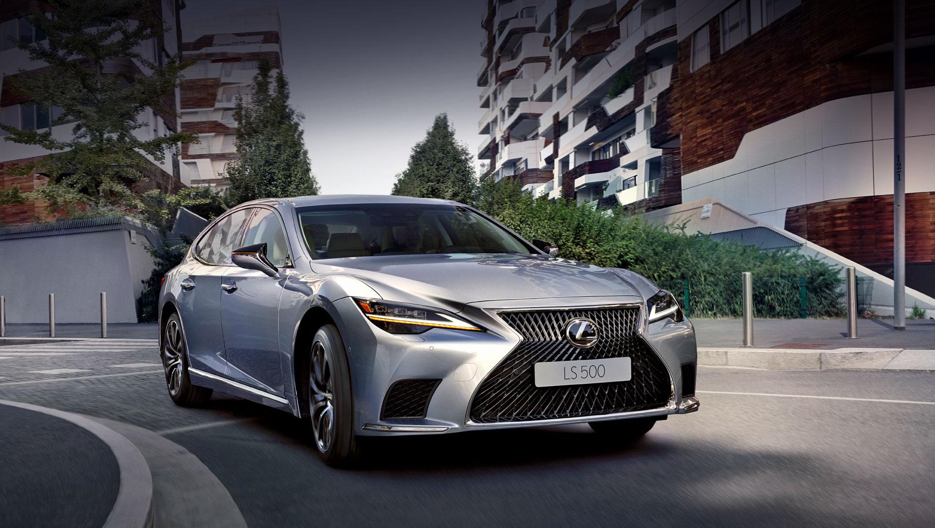 Lexus ls. Опознать улучшенный LS проще по диодным фарам, утратившим Z-образность, и четырёхугольным воздухозаборникам в переднем бампере. Размеры седана не изменились совсем: 5235×1900×1460 мм, колёсная база — 3125. На «пятисотку» ставятся шины 245/45 R20, на LS 350 поменьше — 245/50 R19.