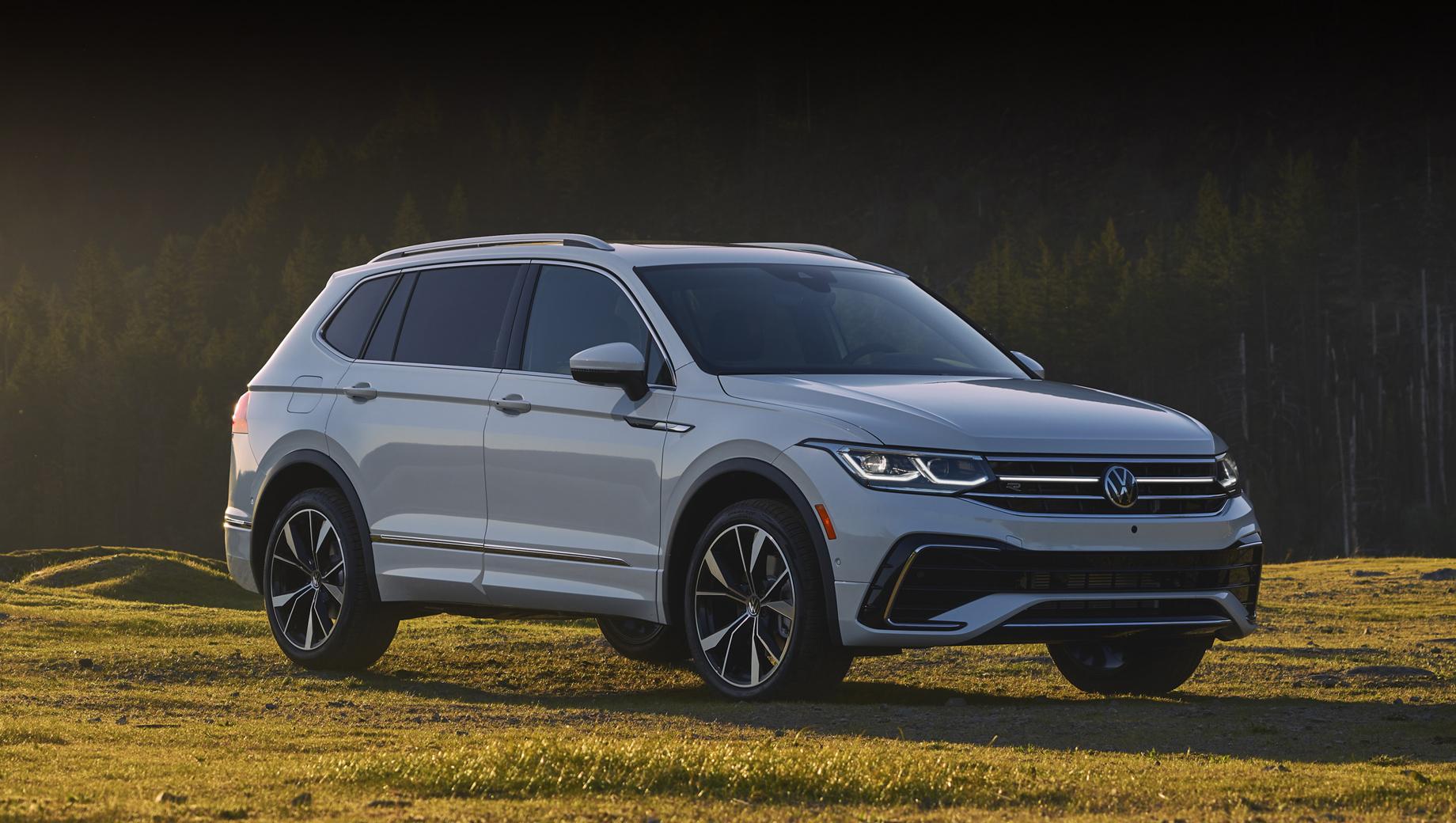 Volkswagen tiguan,Volkswagen tiguan allspace. Наиболее существенно переработана передняя часть с новыми светодиодными фарами (в виде опции доступны матричные IQ.Light), световой полосой на решётке и перекроенным бампером.