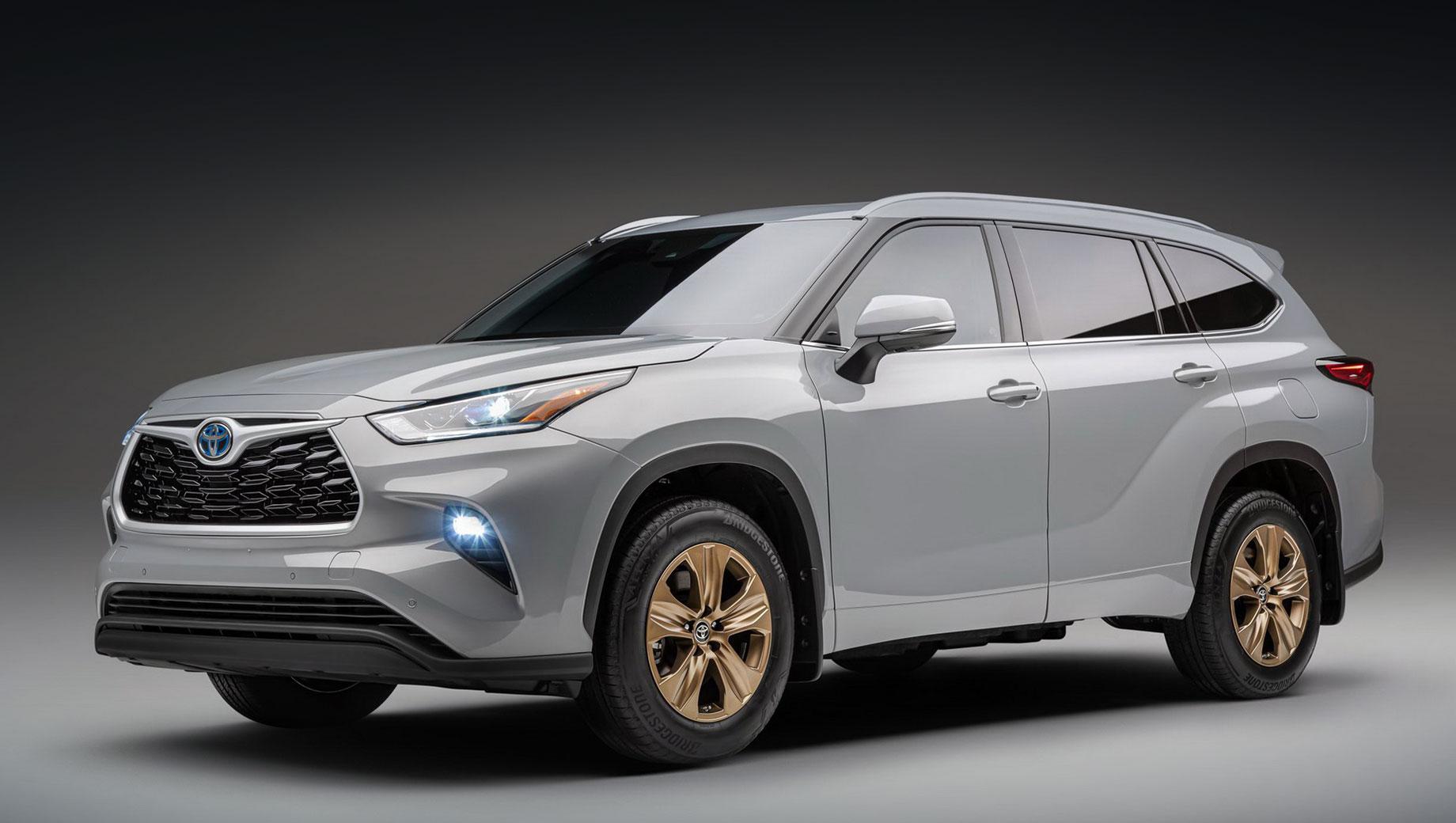 Toyota highlander. Для кузова предложено лишь два цвета: Cement и  Wind Chill Pearl (на фото). Все «бронзовые» акценты в экстерьере — это 18-дюймовые диски с шинами Bridgestone Alenza Sport A/S.