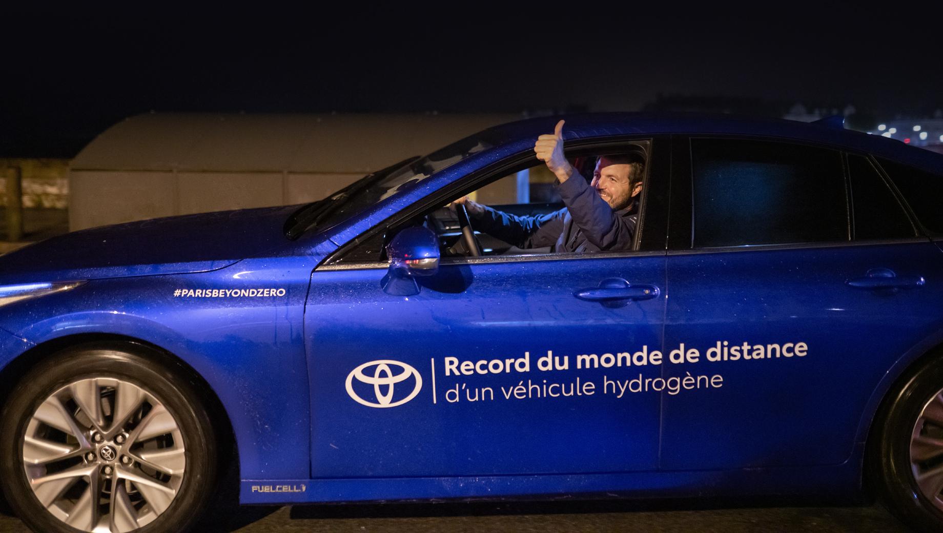Toyota mirai. Баллоны Mirai вмещают 5,6 кг водорода. К слову, литиево-ионный аккумулятор у машины также есть, но он маленький (1,24 кВт•ч) и играет только роль промежуточного буфера для сглаживания нагрузки на топливные элементы и запасания энергии при рекуперации на торможении.