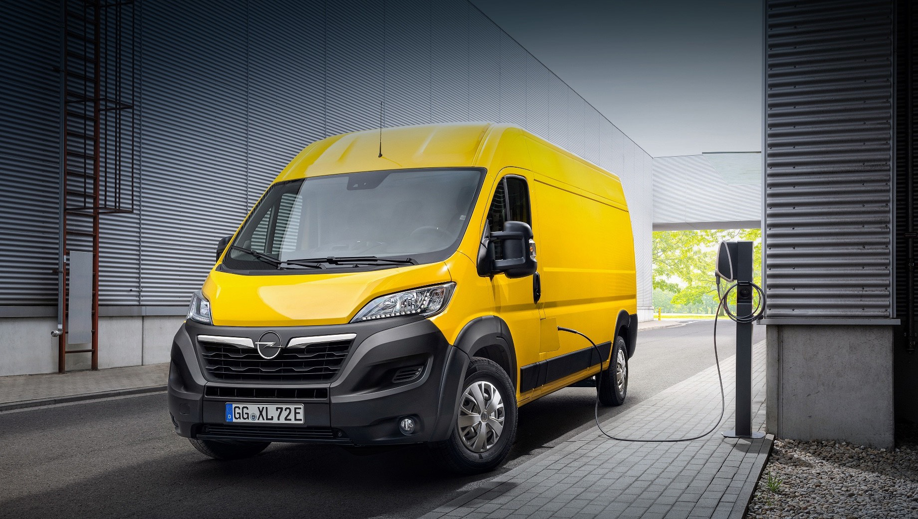 Opel movano,Opel movano-e. Movano и Movano-e отличаются от собратьев только символикой Опеля. Предусмотрено четыре варианта по длине и три по высоте. Вместимость варьируется в пределах 8–17 м³. Полезная нагрузка достигает максимума в 2100 кг. Запланированы продажи Movano в виде «голого» шасси с разными надстройками.