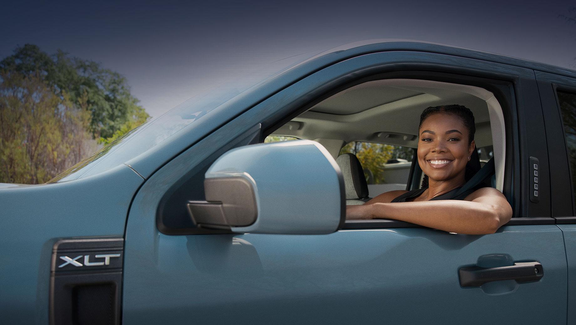 Ford maverick. «Лицом» нового грузовичка выбрана американская актриса Габриэль Юнион (на фото и видеотизере). Комплектация XLT у пикапа Ford Ranger (старшего брата Маверика) — вторая из трёх возможных, поэтому дверные ручки не окрашены. Базовая называется XL, топовая — Lariat.