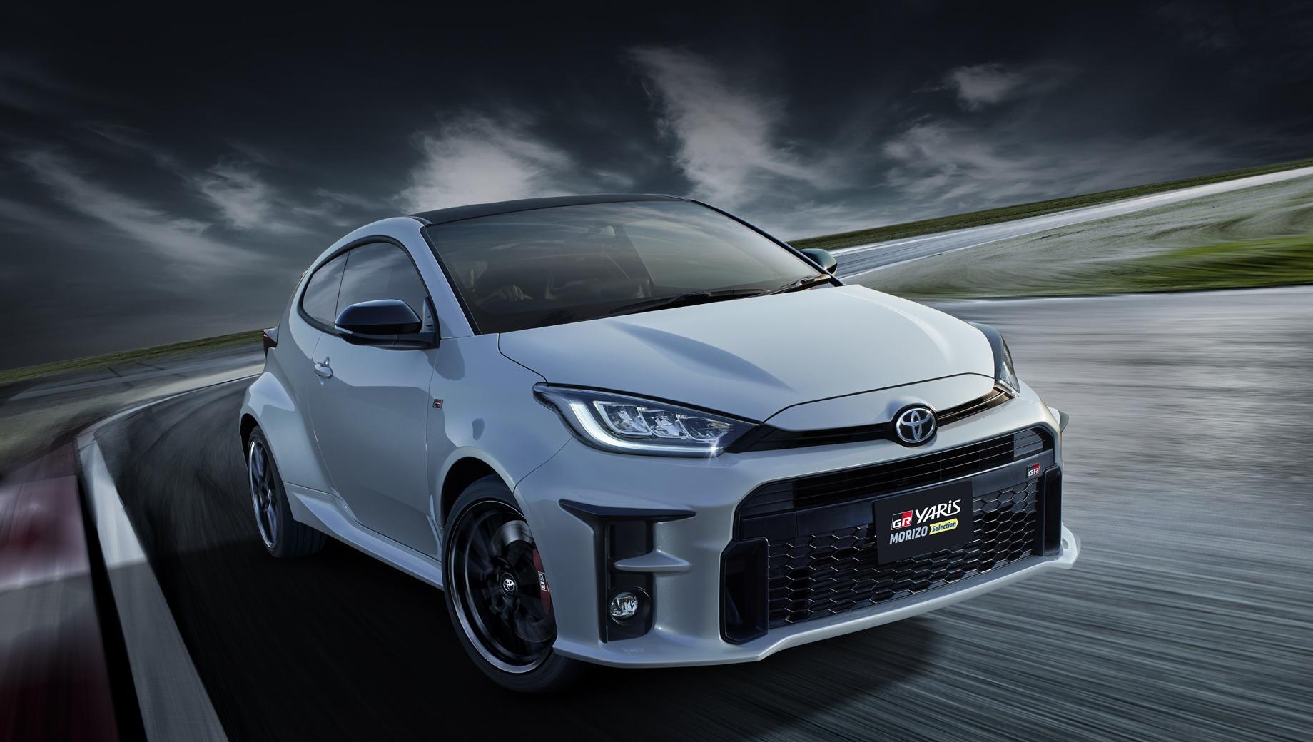 Toyota yaris,Toyota gr yaris. Цвет кузова можно выбрать из трёх вариантов: Platinum White Pearl Mica, Emotional Red II и Precious Black Pearl.