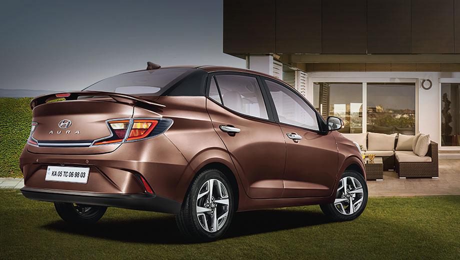 Hyundai aura. Четырёхдверка доступна с января 2020 года в пяти вариантах: E, S, SX, SX+, SX(O). Цены лежат в диапазоне 597 500–935 605 рупий (столько же получается в рублях). Главное приобретение Ауры — спойлер на крышке багажника, который по умолчанию входит во все комплектации, кроме базовой E.