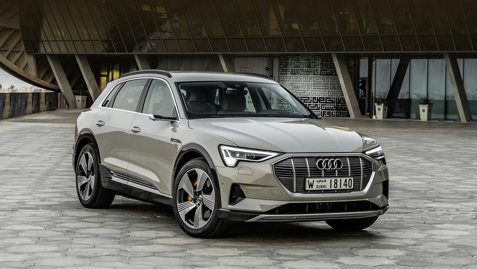 Audi q6,Audi q6 e-tron. Audi e-tron (на фото) появился в 2018 году. Сейчас у него два кузова (обычный и Sportback) и три модификации: 50 quattro (313 л.с., 540 Н•м, до 341 км по WLTP), 55 quattro (408 л.с., 664 Н•м, 436 км), S (503 л.с., 973 Н•м, 370 км).