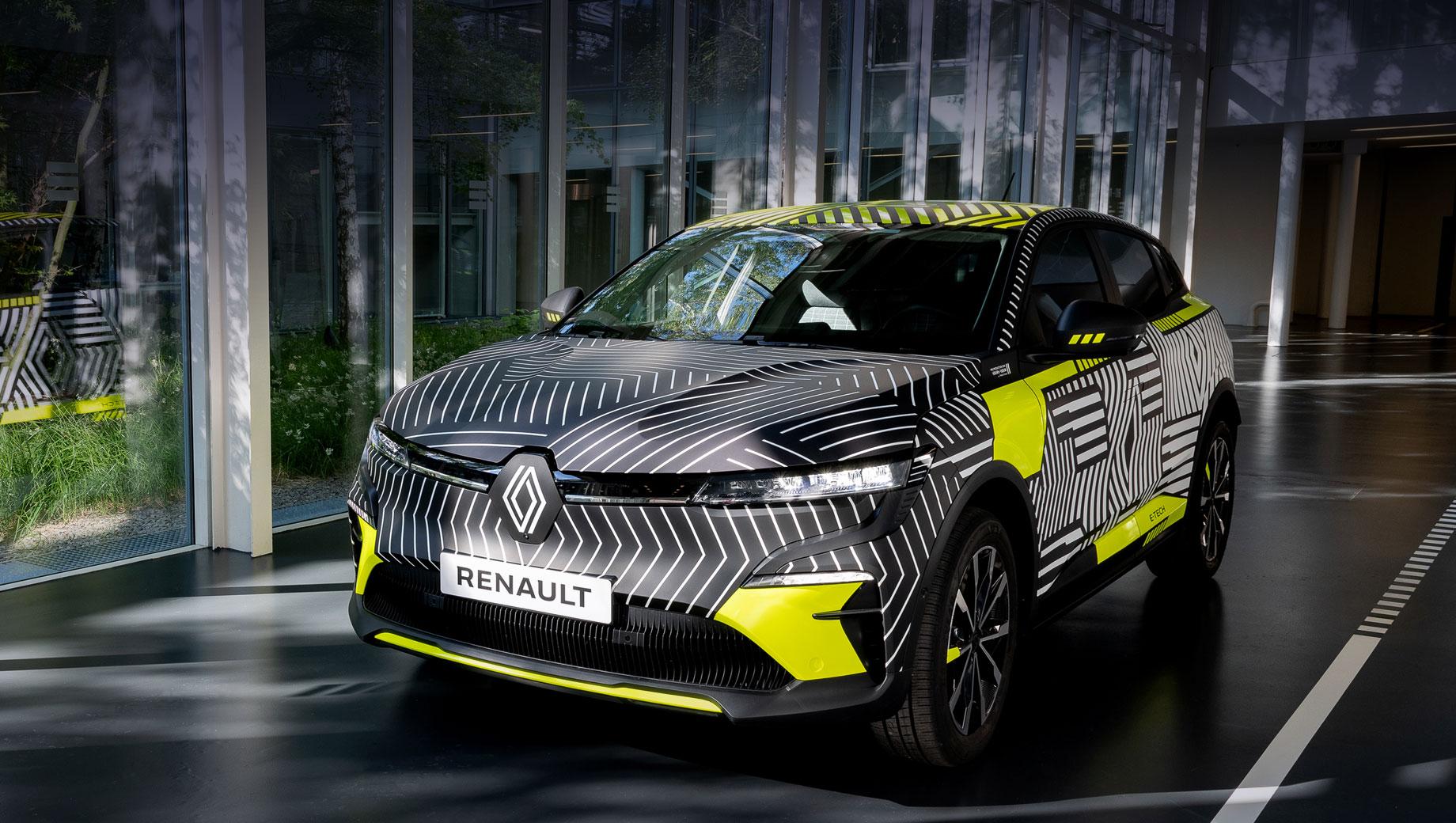 Renault megane,Renault megane e-tech. Укороченное имя электрокара — MeganE (произносится раздельно: «Меган И»). Пятидверка замаскирована новым камуфляжем от подразделения Renault Design, который посредством линий и фигур обыгрывает переосмысленный логотип Renault.