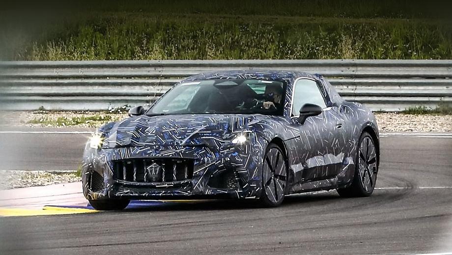 Maserati granturismo,Maserati grancabrio. Первые снимки показали дизайн купе спереди и сбоку. Фонари пока не сфотографированы, хотя сходство их дизайна с MC20 вполне можно предположить.