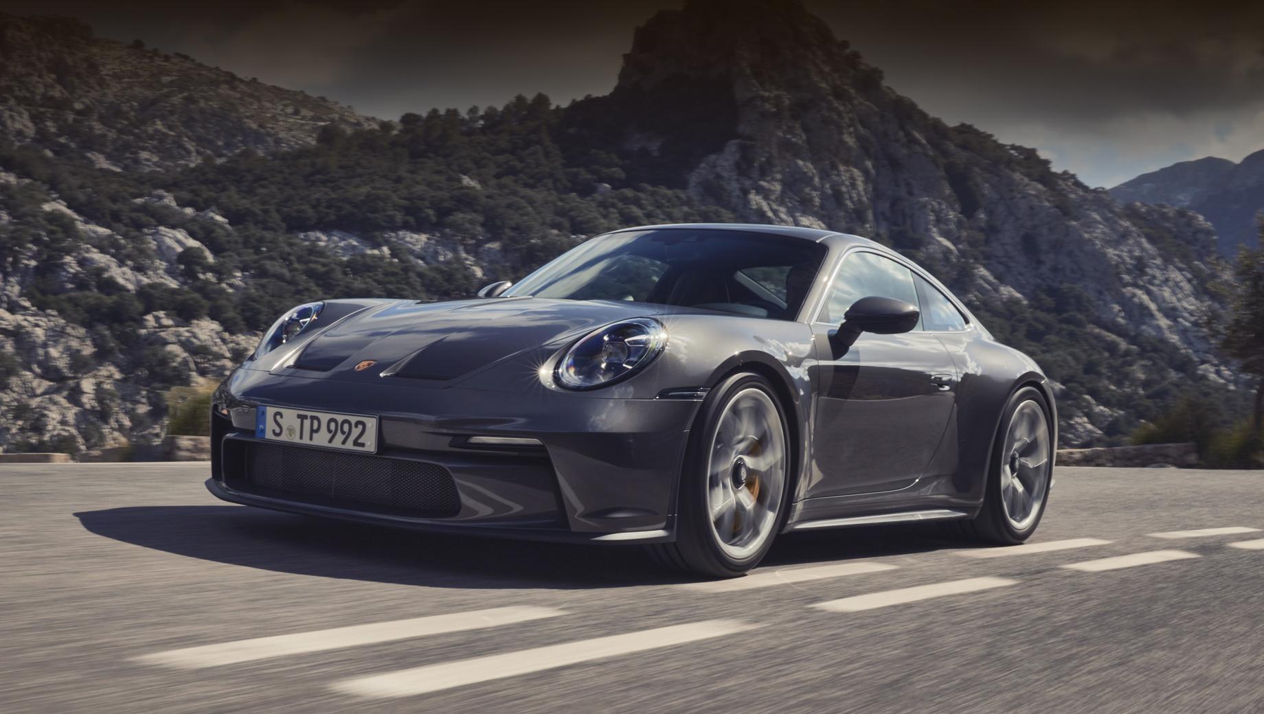 Porsche 911,Porsche 911 gt3,Porsche 911 gt3 touring. Внешне GT3 Touring очень близок к простому GT3, но статичного антикрыла нет (вместо него трудится выдвигающийся спойлер), бампер окрашен в цвет кузова полностью, а окантовка боковых стёкол тут серебристая (из анодированного алюминия) вместо чёрной.