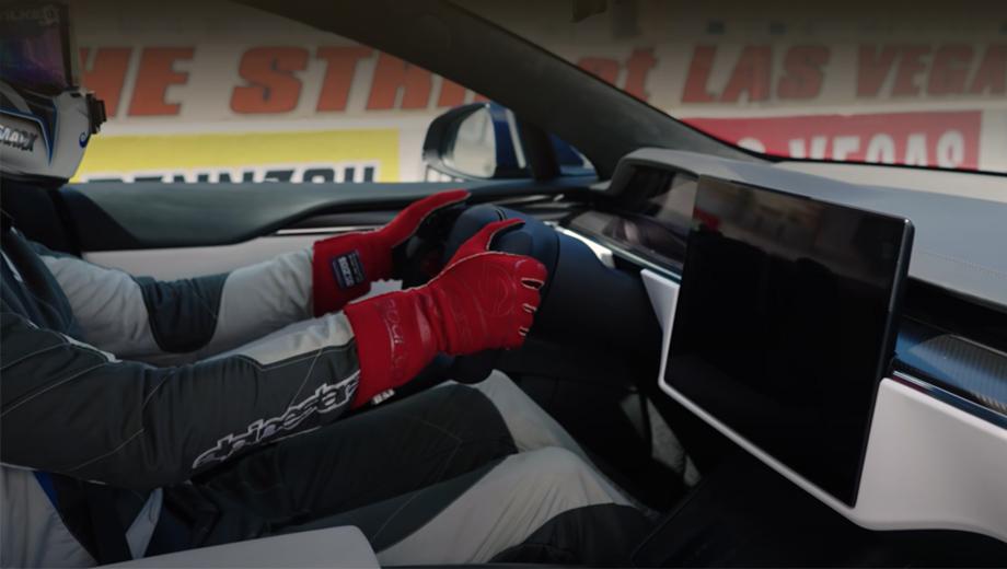 Tesla model s,Tesla model s plaid. Финальные параметры: три электромотора с суммарной мощностью 1034 л.с., 0-60 миль/ч за 1,99 с, четверть мили с места за 9,23 с, пробег на зарядке — 627 км (цикл EPA). Поставки заказчикам начались 10 июня.
